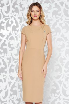 StarShinerS cream elegant dress with tented cut slightly elastic fabric accessorized with breastpin