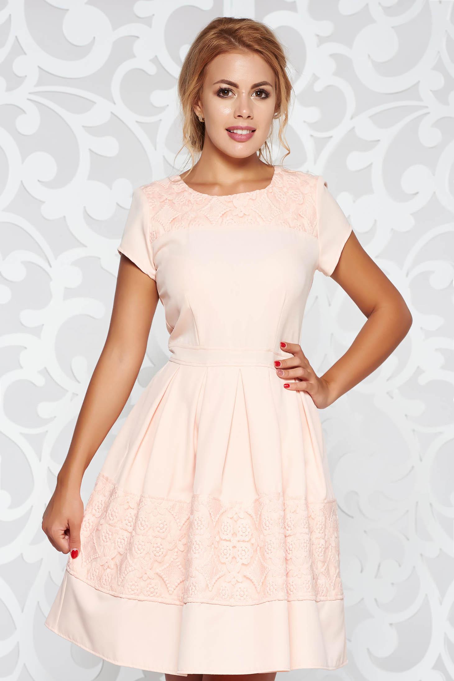 Rochie rosa eleganta in clos din stofa usor elastica cu aplicatii de dantela