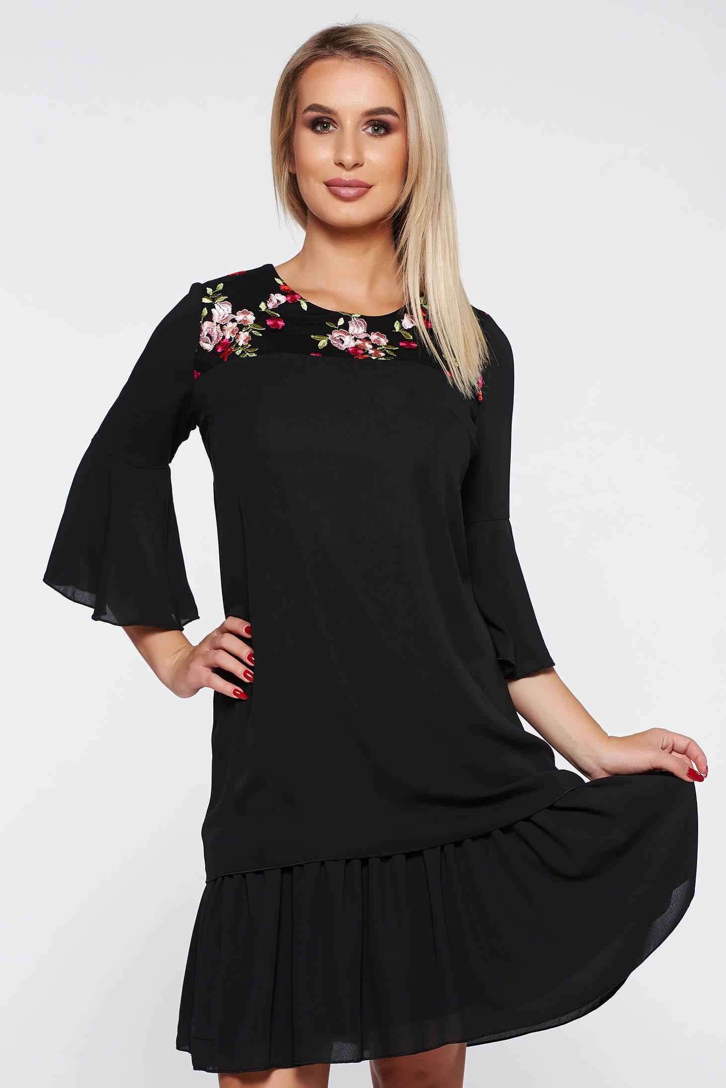 Fekete elegáns bő szabású ruha vékony anyag tűll elől hímzett