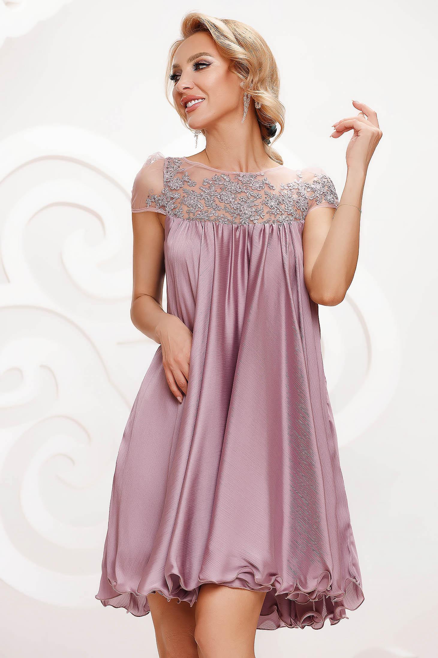 Világos rózsaszín bő szabású alkalmi ruha hímzett betétekkel muszlinból és béléssel