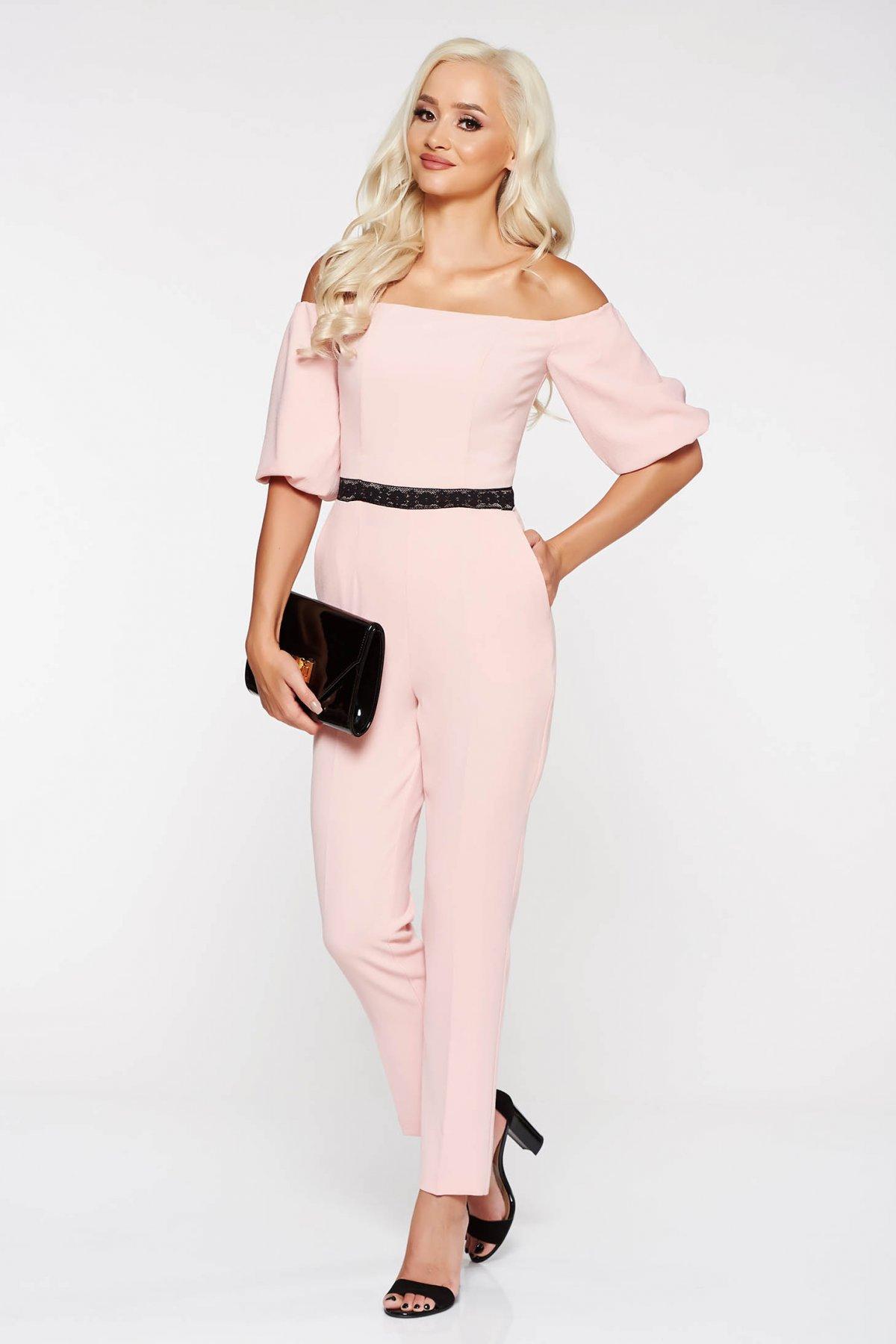 Salopeta StarShinerS rosa eleganta pe umeri cu un croi mulat din stofa usor elastica cu aplicatii de dantela
