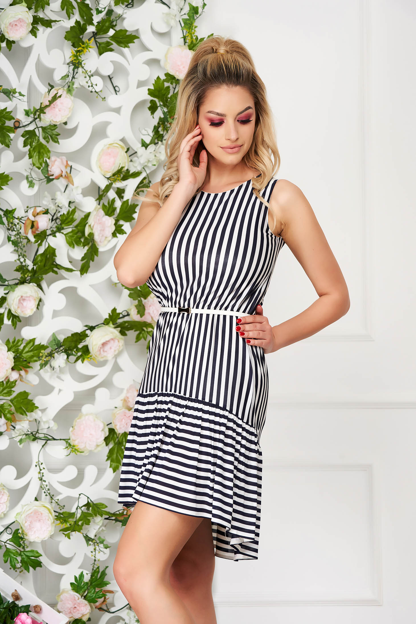 StarShinerS white casual dress with straight cut with inside lining thin fabric accessorized with belt