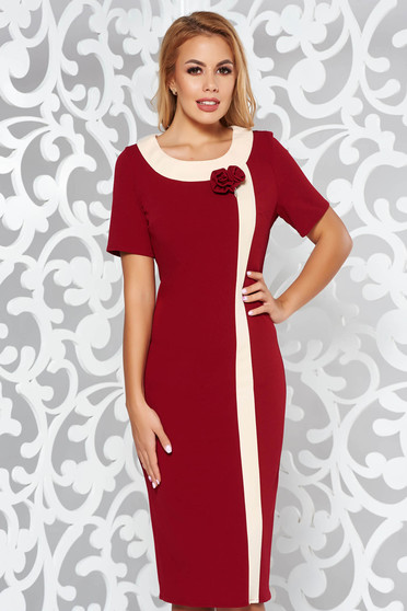 Burgundy dress elegant pencil from elastic fabric accessorized with breastpin midi