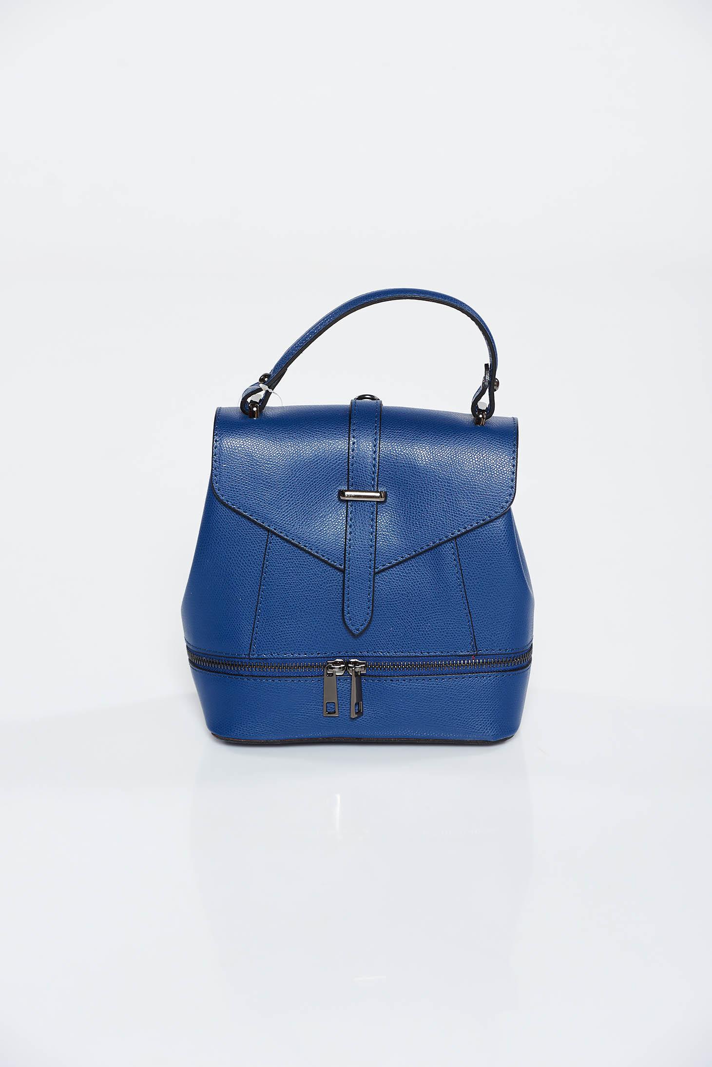 Rucsac albastru-inchis din piele naturala accesorizat cu fermoar si cu o catarama metalica