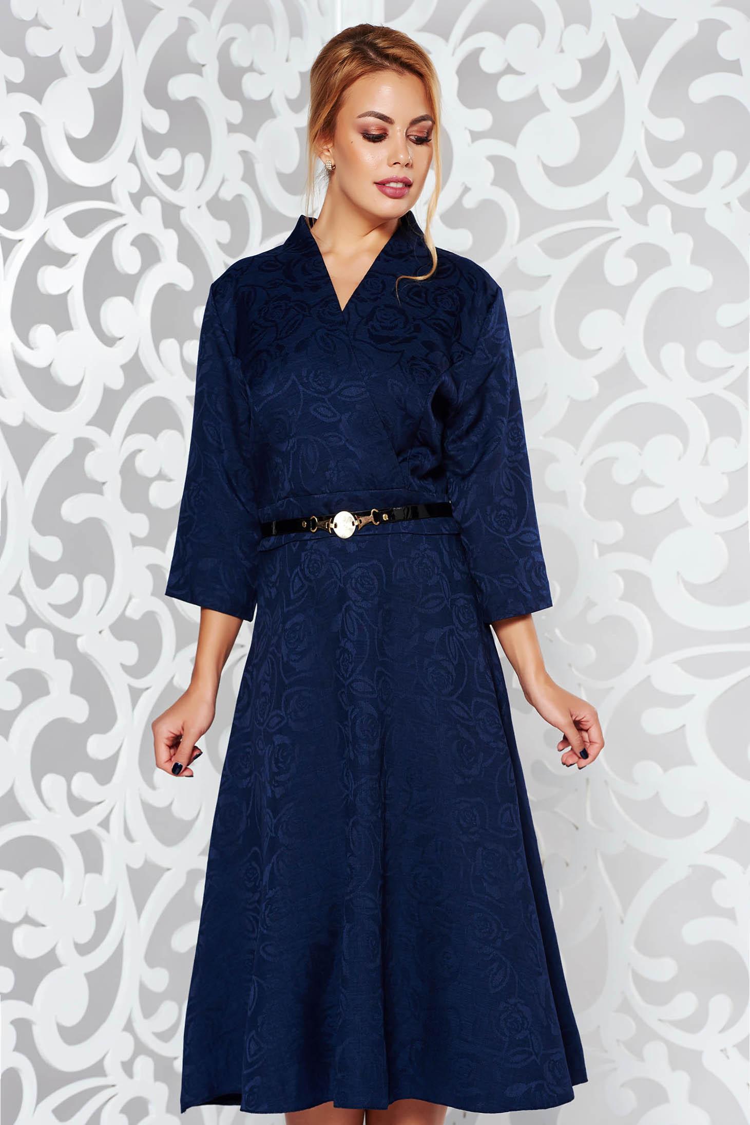 Rochie albastra-inchis eleganta in clos cu decolteu in v din stofa neelastica cu accesoriu tip curea