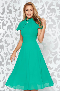 Green midi occasional cloche dress from veil fabric accessorized with breastpin