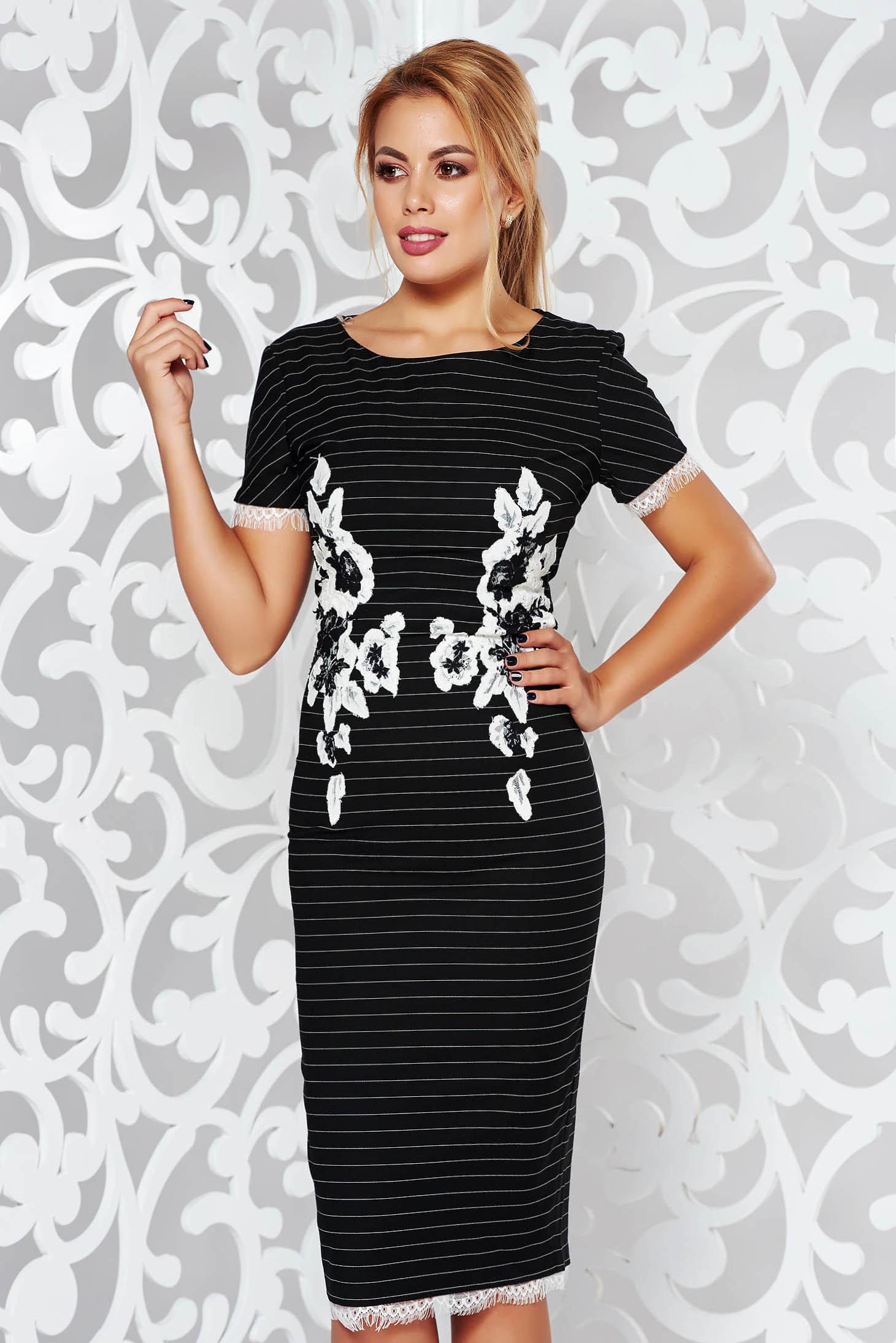 Fekete LaDonna midi ceruza ruha szűk szabás enyhén rugalmas anyag hímzett betétekkel