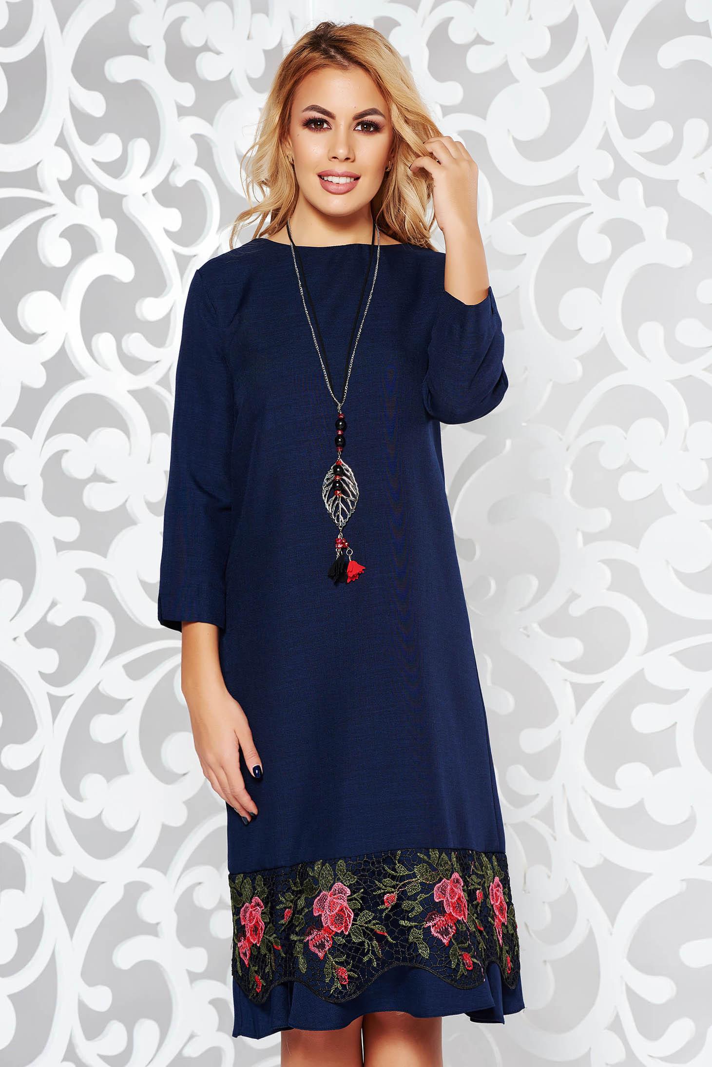 Rochie albastra-inchis eleganta cu croi larg din stofa usor elastica cu aplicatii de dantela accesorizata cu lantisor