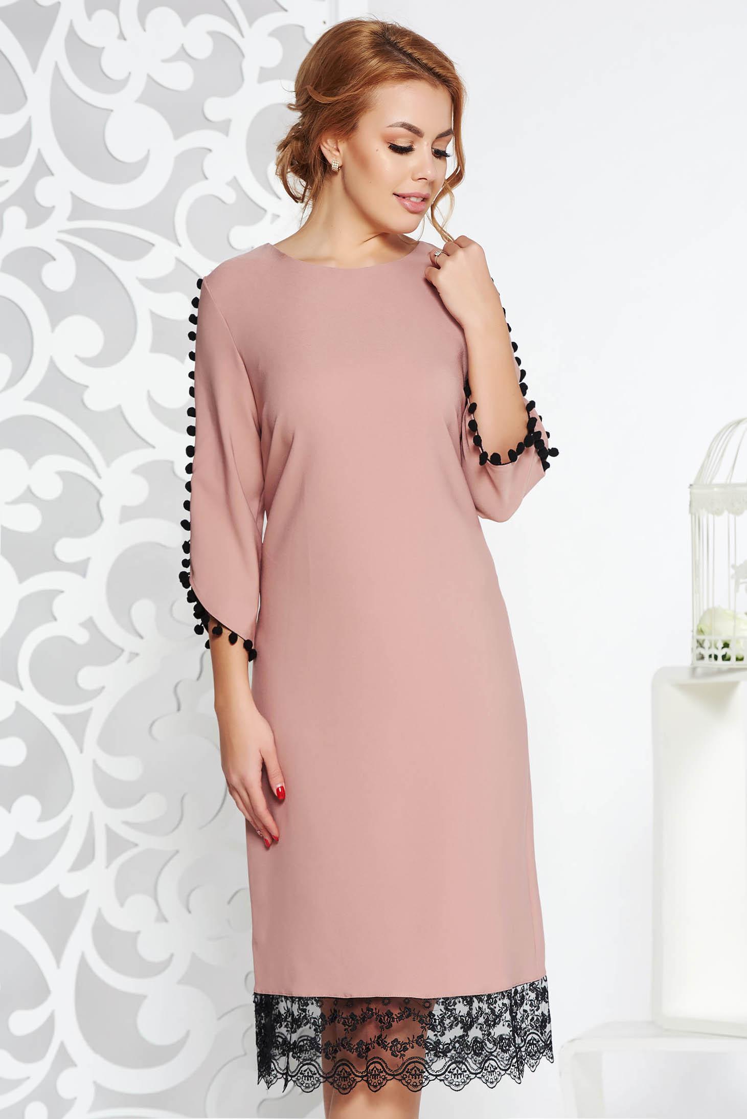 Rochie rosa eleganta cu croi larg din material usor elastic cu aplicatii de dantela cu ciucuri