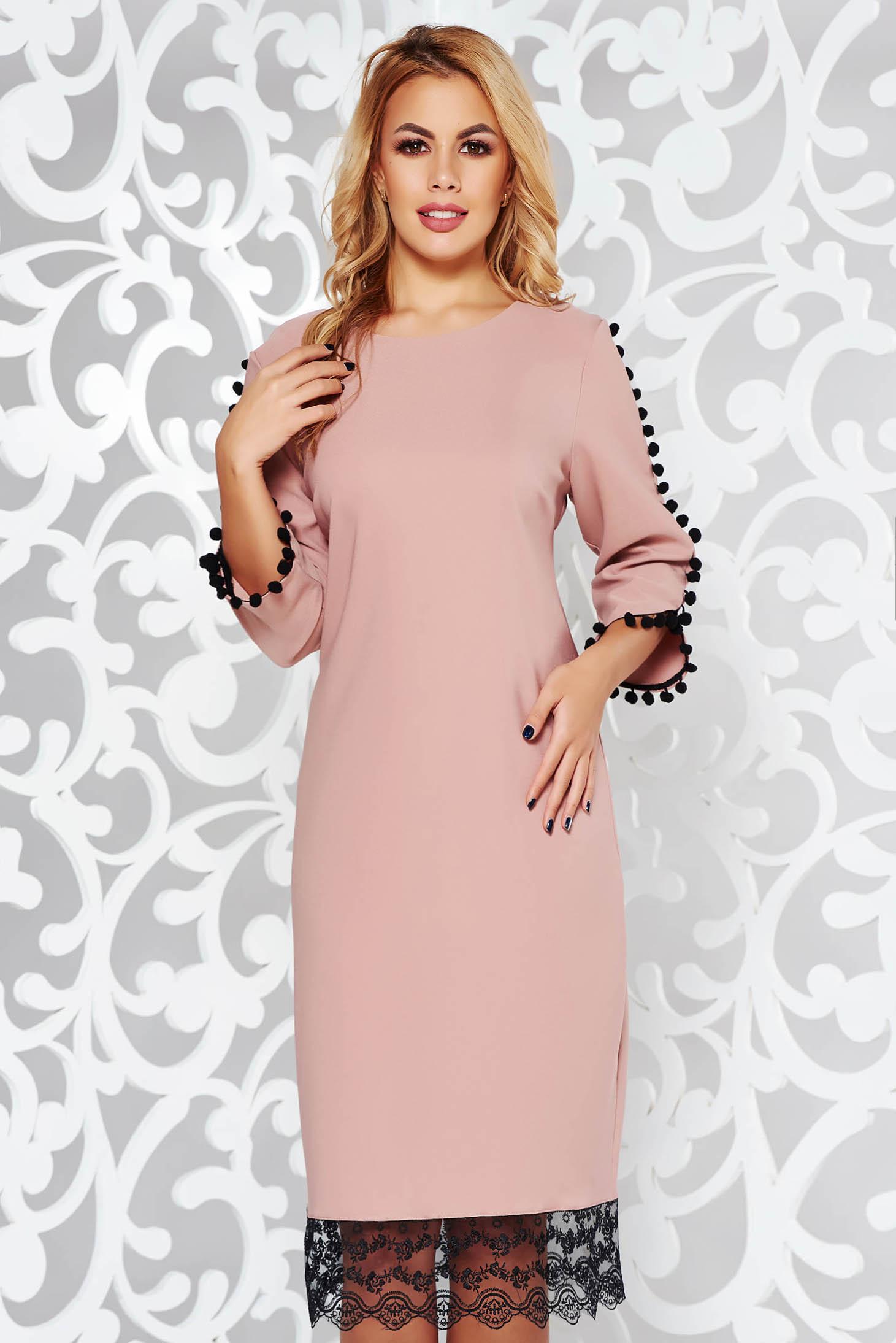 Rózsaszínű ruha elegáns bő szabású enyhén rugalmas anyag csipke díszítéssel bojtos