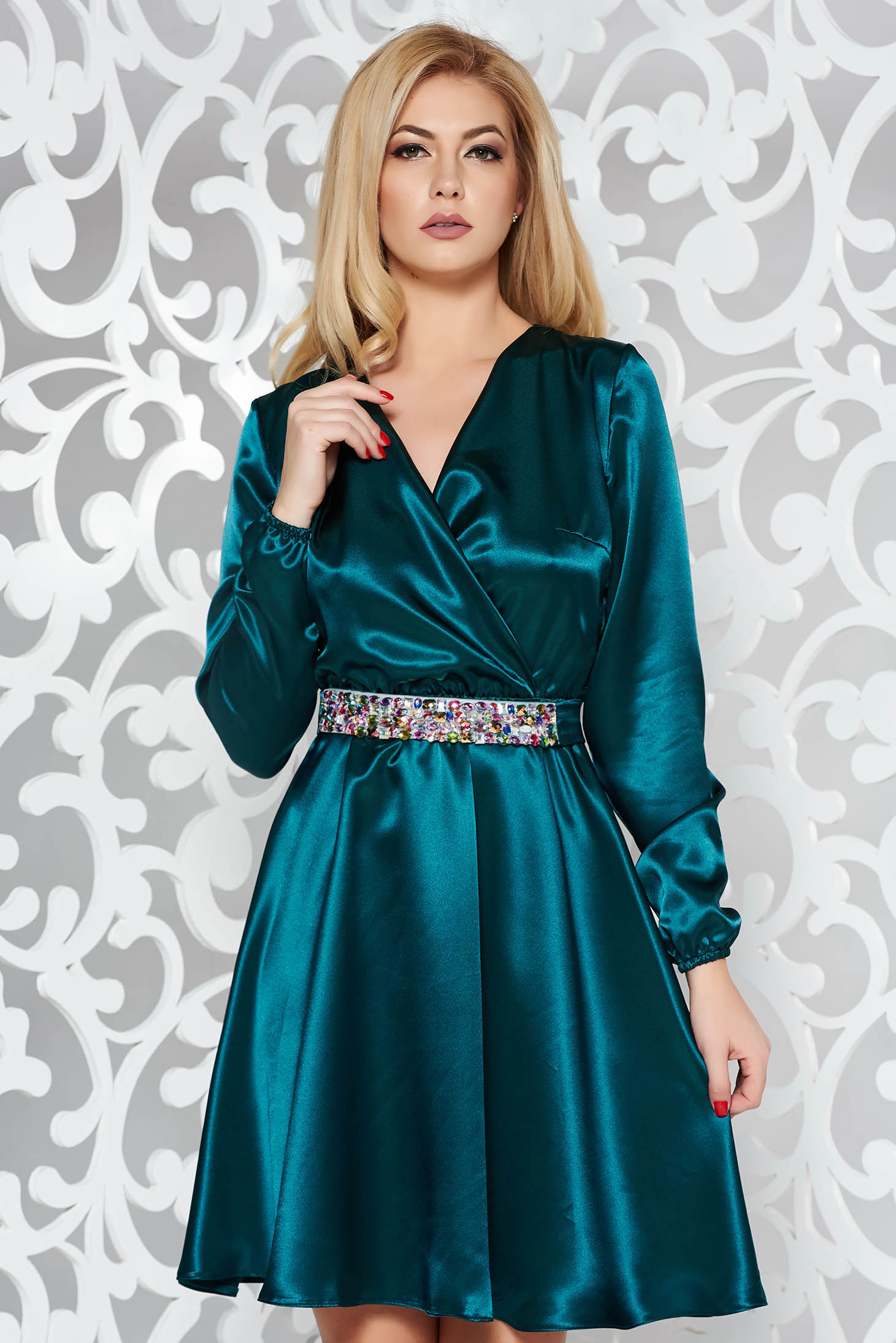 281088245e Zöld StarShinerS alkalmi ruha szatén anyagból övvel ellátva strassz köves  kiegészítő derékban rugalmas