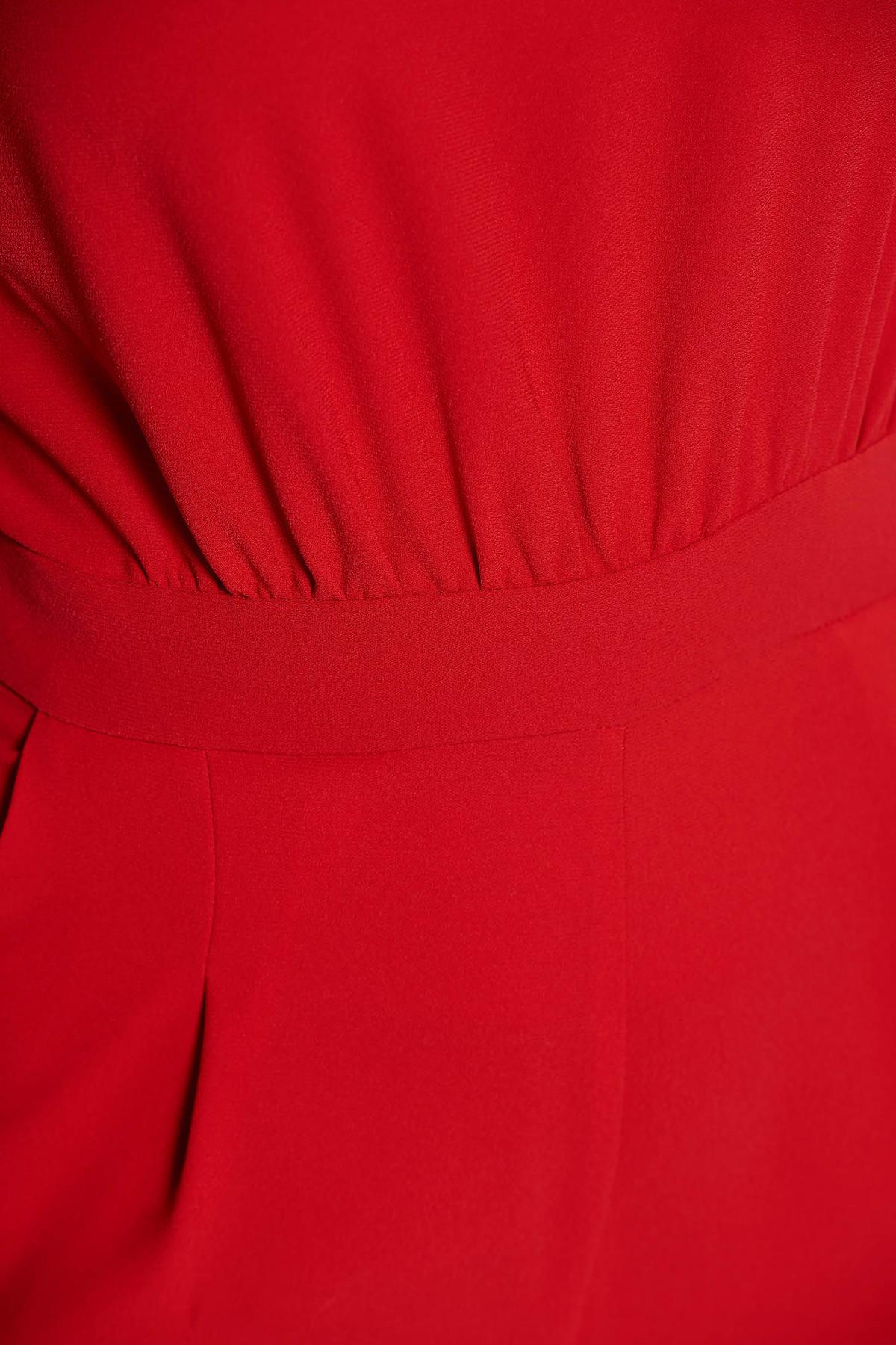 Salopeta rosie de ocazie cu un croi mulat din material elastic cu spatele decupat si buzunare