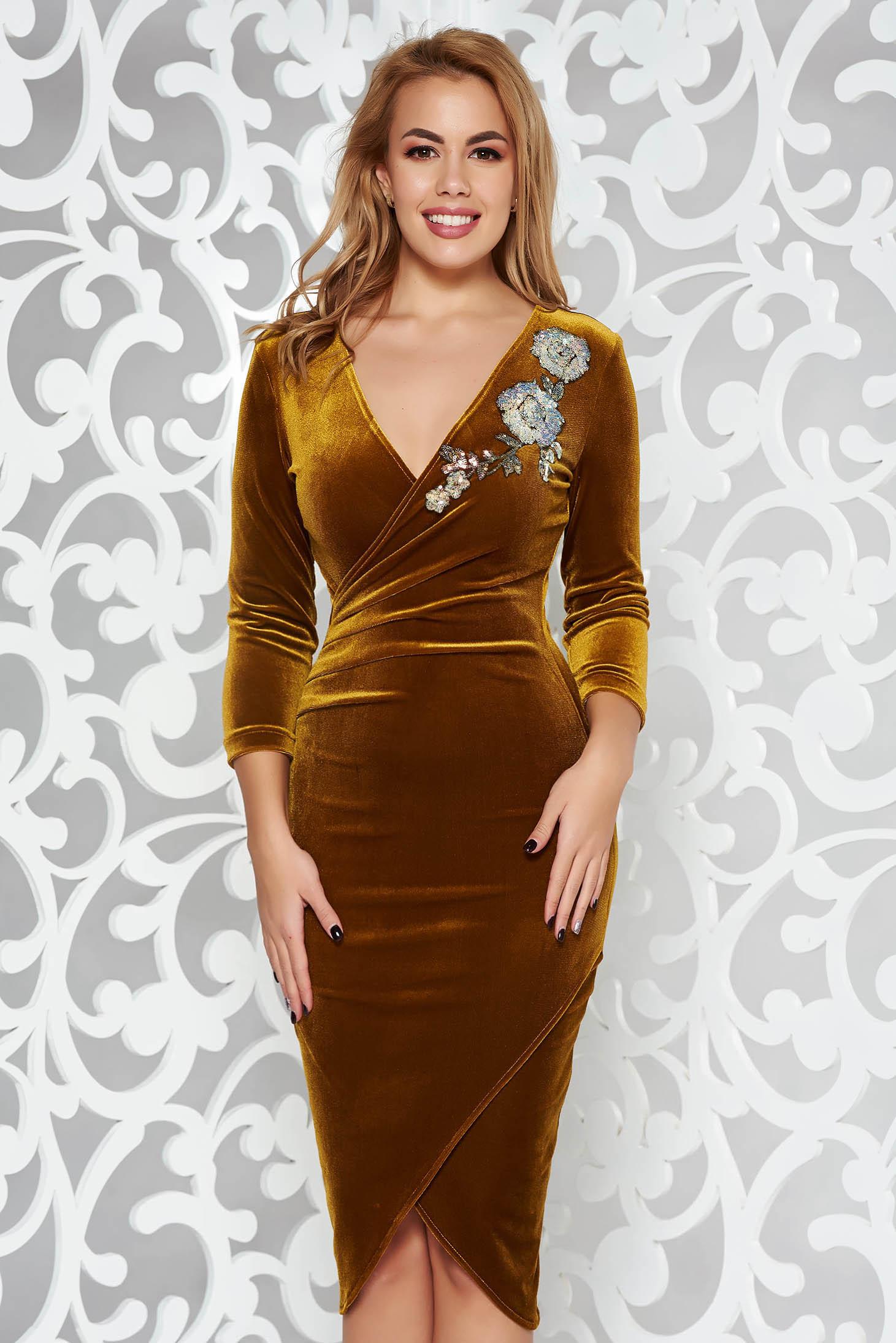Mustar StarShinerS alkalmi bársony ruha szűk szabás flitteres díszítés átfedéses