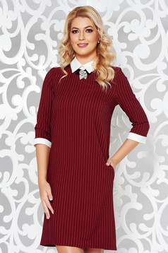 Burgundy dress office with straight cut slightly elastic cotton accessorized with breastpin