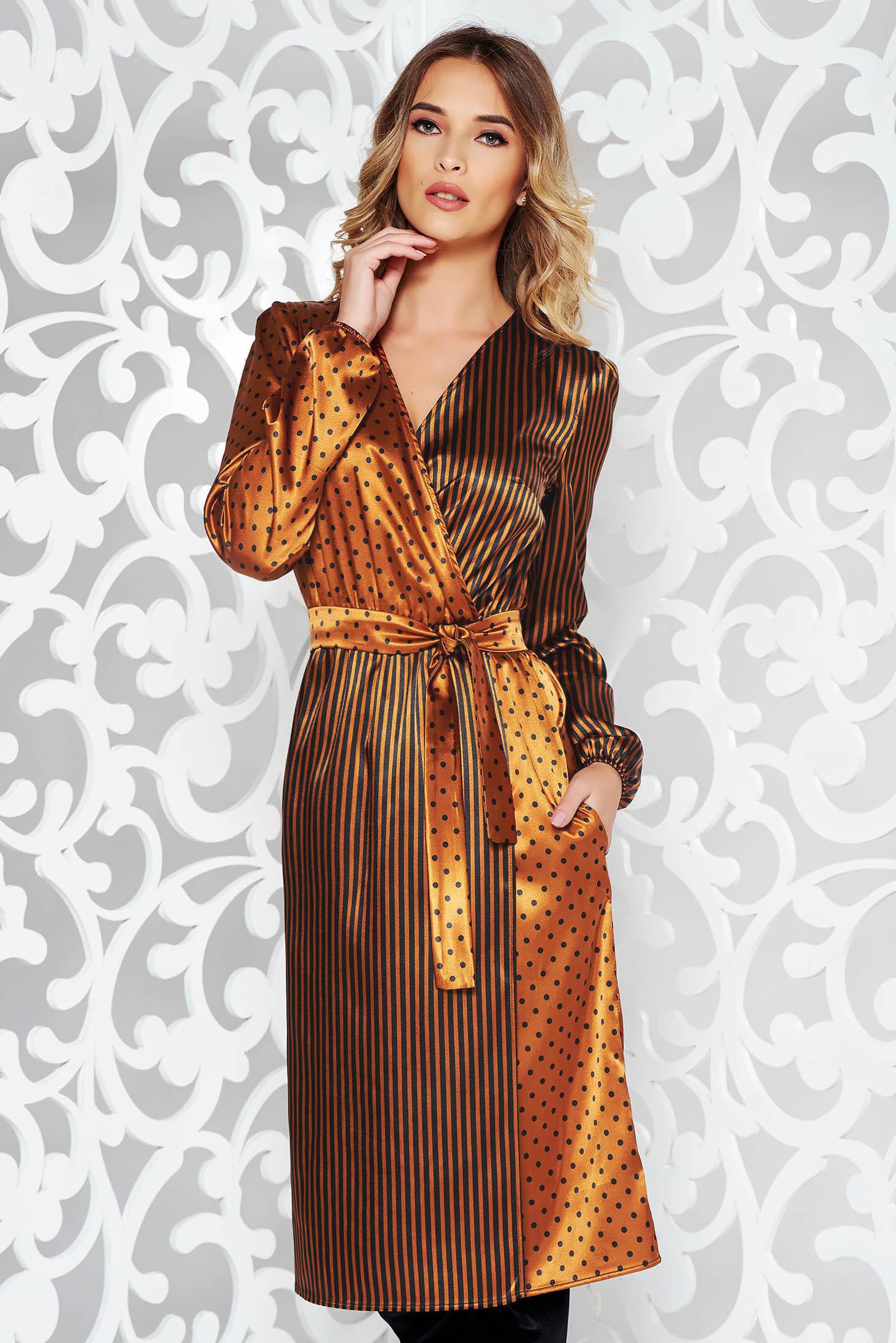 Barna StarShinerS elegáns átfedéses midi ruha szatén anyagból övvel ellátva