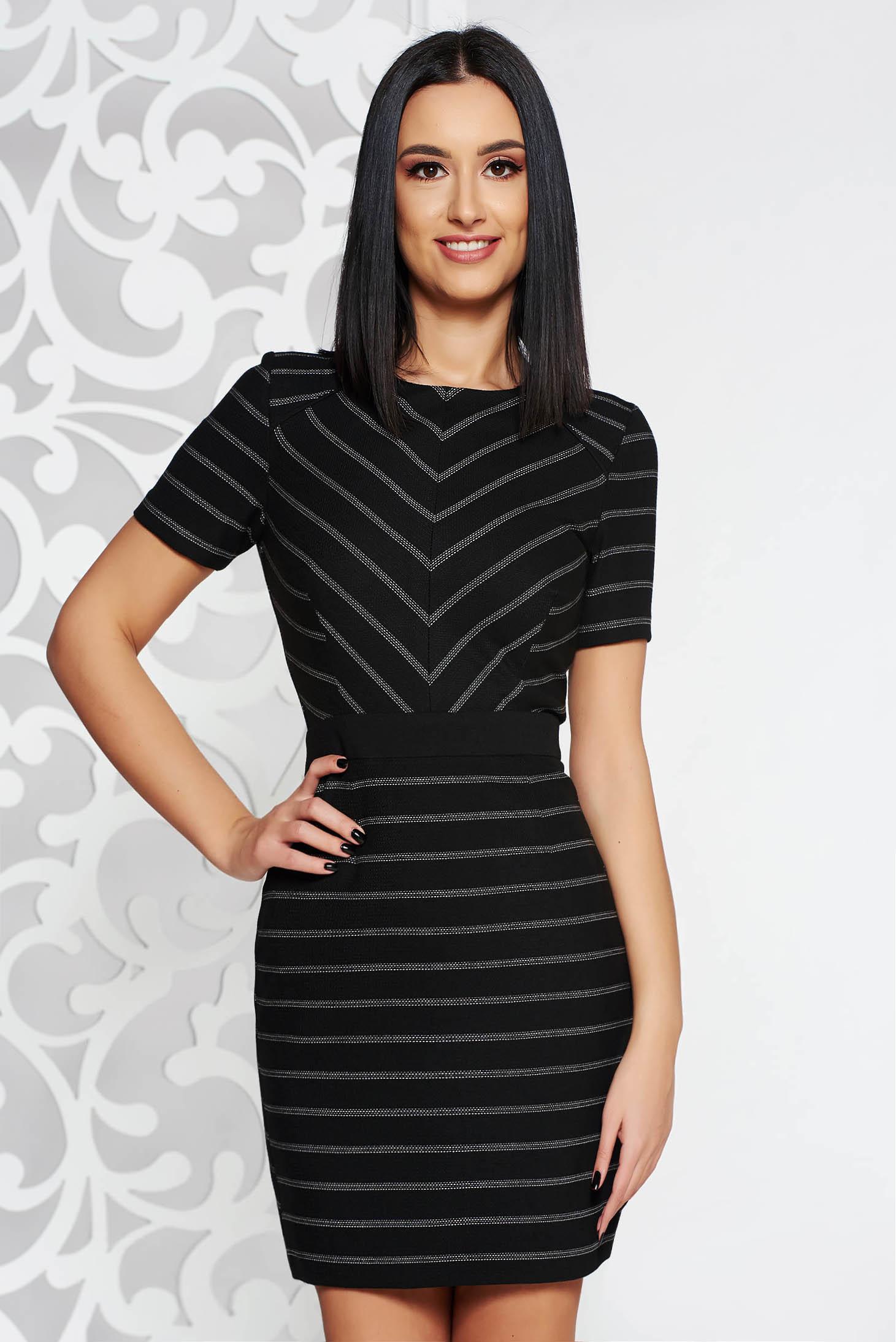 995e0c879a Fekete StarShinerS elegáns ruha rugalmatlan szövet belső béléssel deréktól  bővülő szabás rövid ujjú