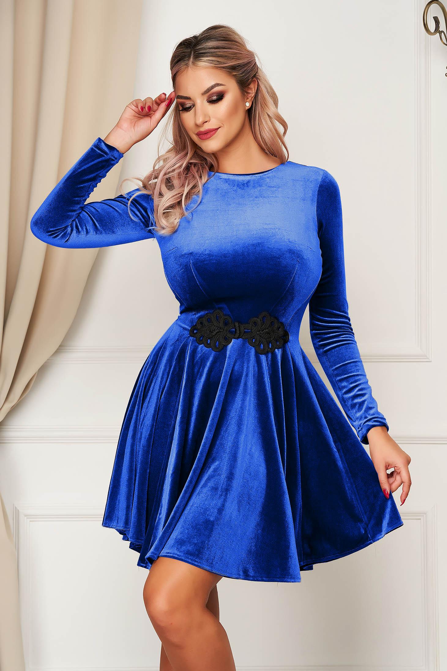 Rochie albastru de ocazie in clos din catifea cu insertii de broderie