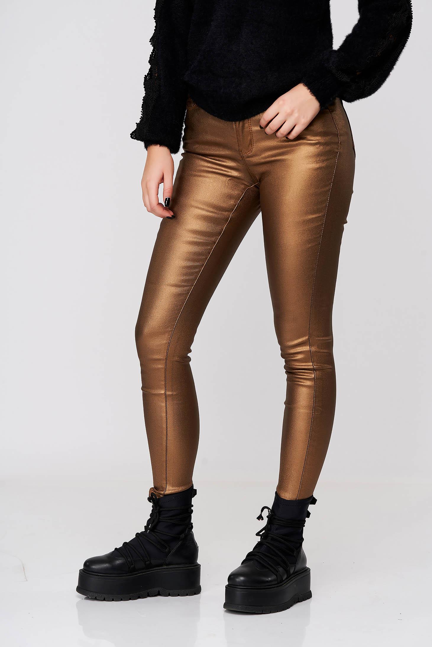 Pantaloni Top Secret copperbrown casual cu un croi mulat din material lucios cu talie medie