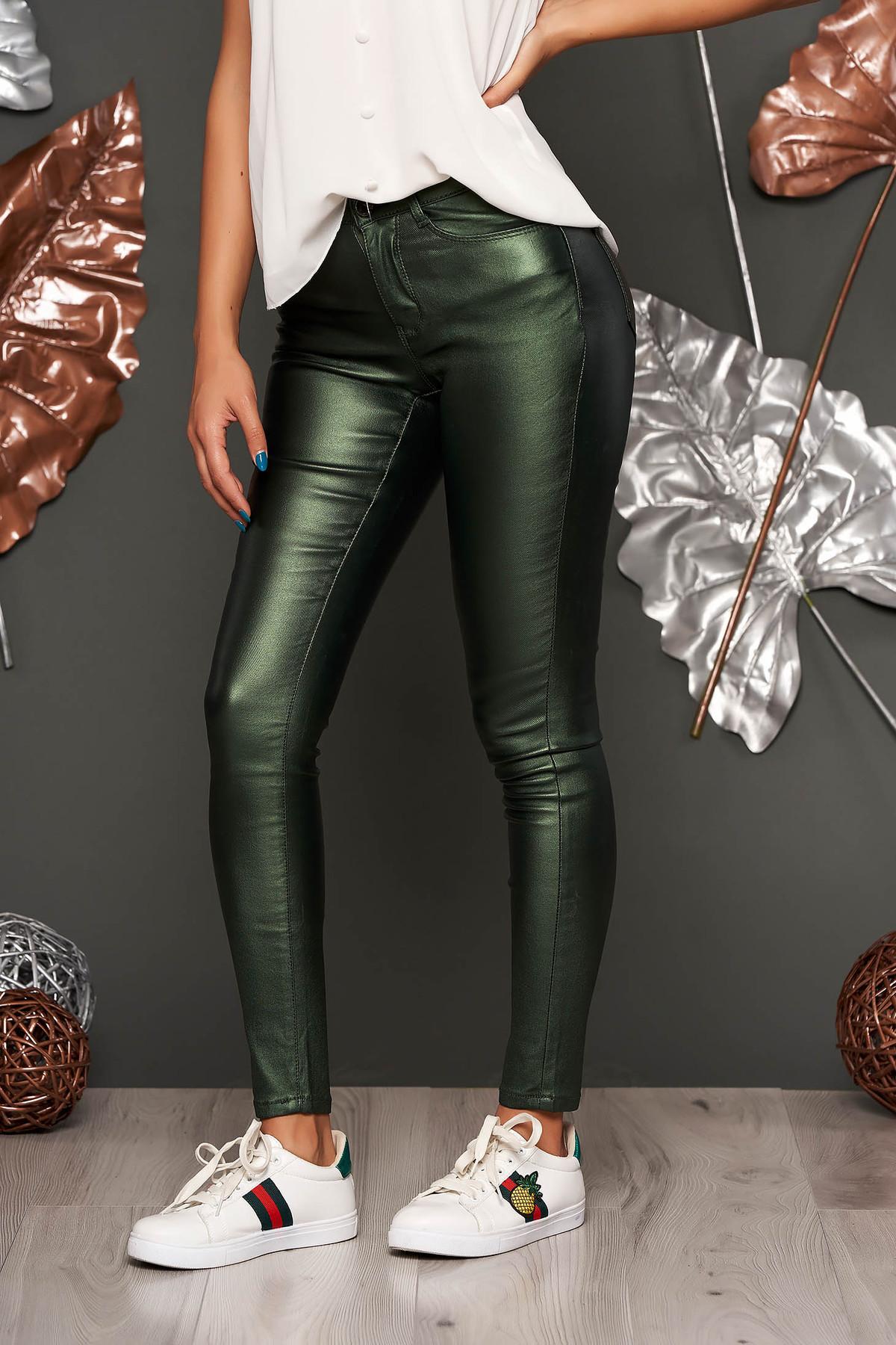 Pantaloni Top Secret verzi casual cu un croi mulat din material lucios cu talie medie