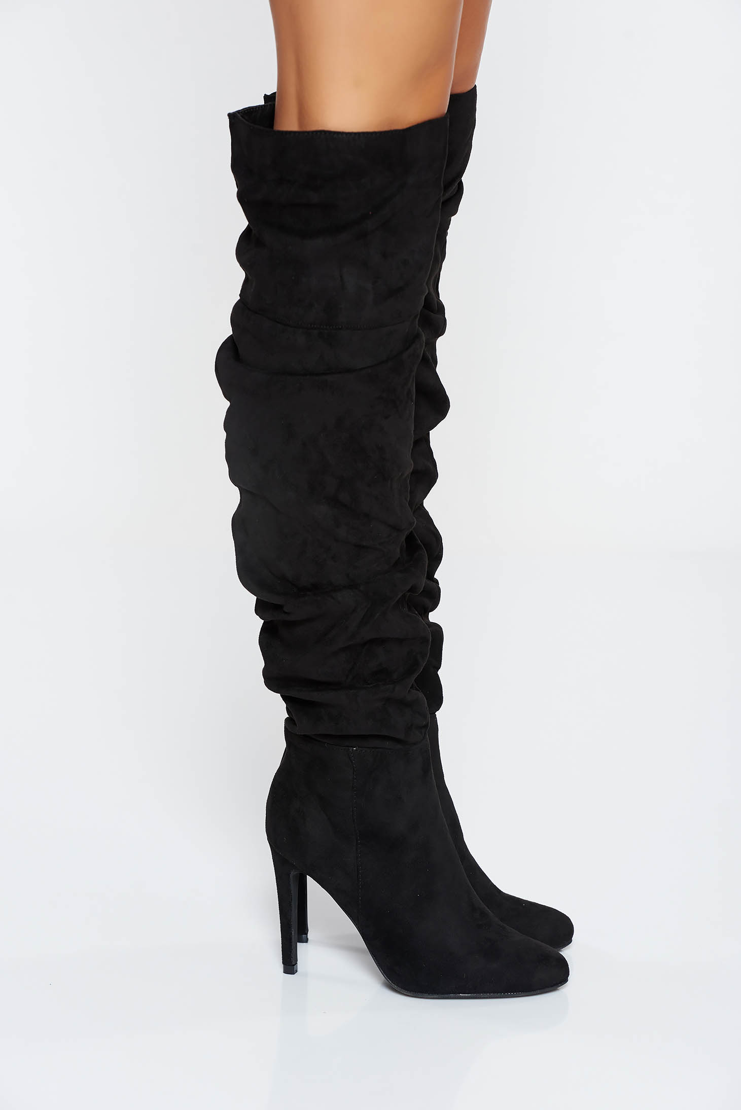 Black casual boots with high heels slightly round toe tip