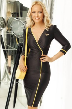 Fofy black elegant pencil dress slightly elastic fabric accessorized with breastpin