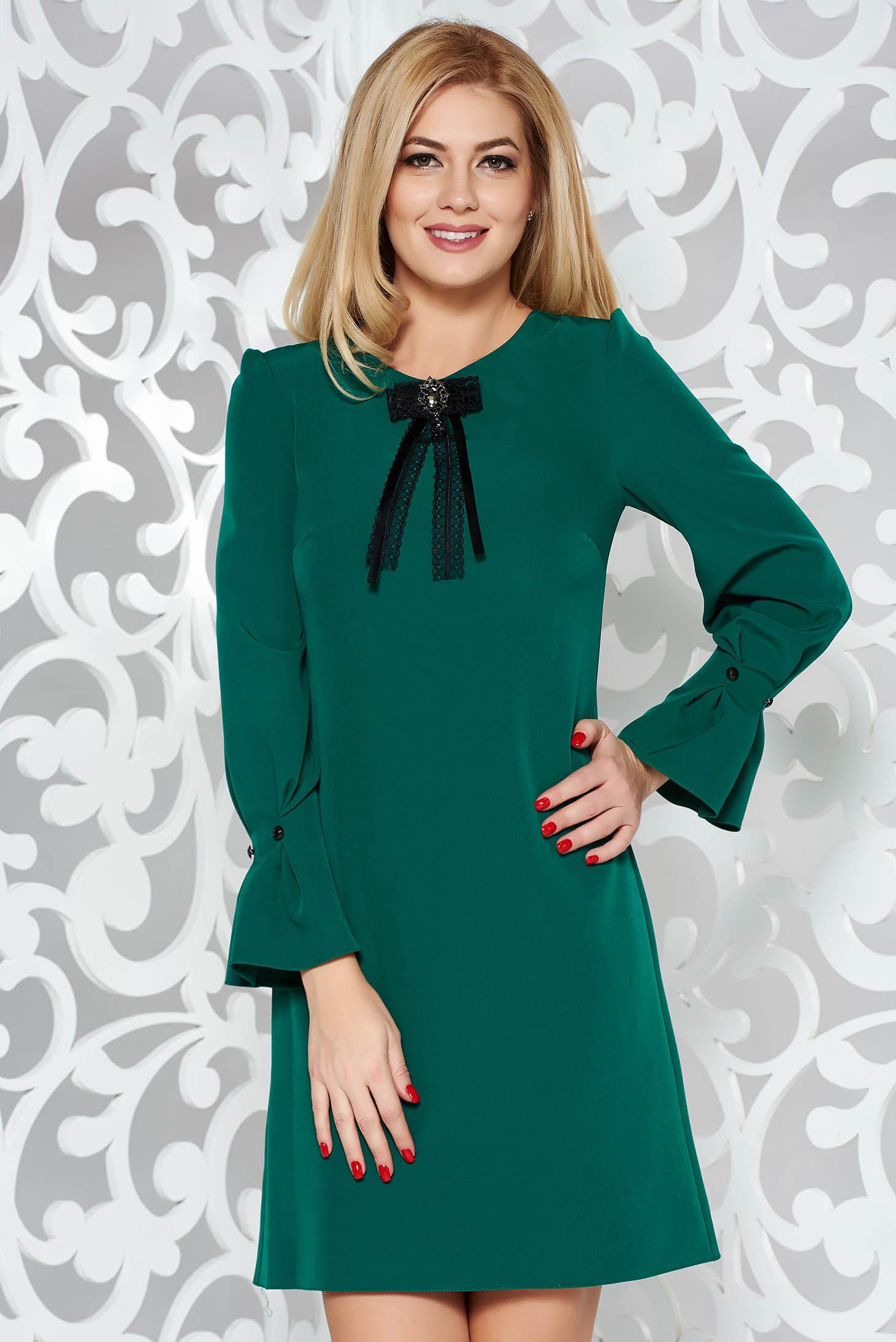 Rochie verde eleganta cu croi larg din stofa usor elastica cu maneci trei-sferturi accesorizata cu brosa