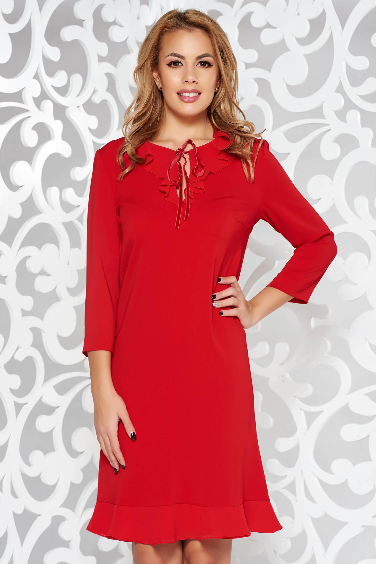 Rochie rosie eleganta cu un croi drept cu maneca 3/4 din material usor elastic cu volanase la baza rochiei