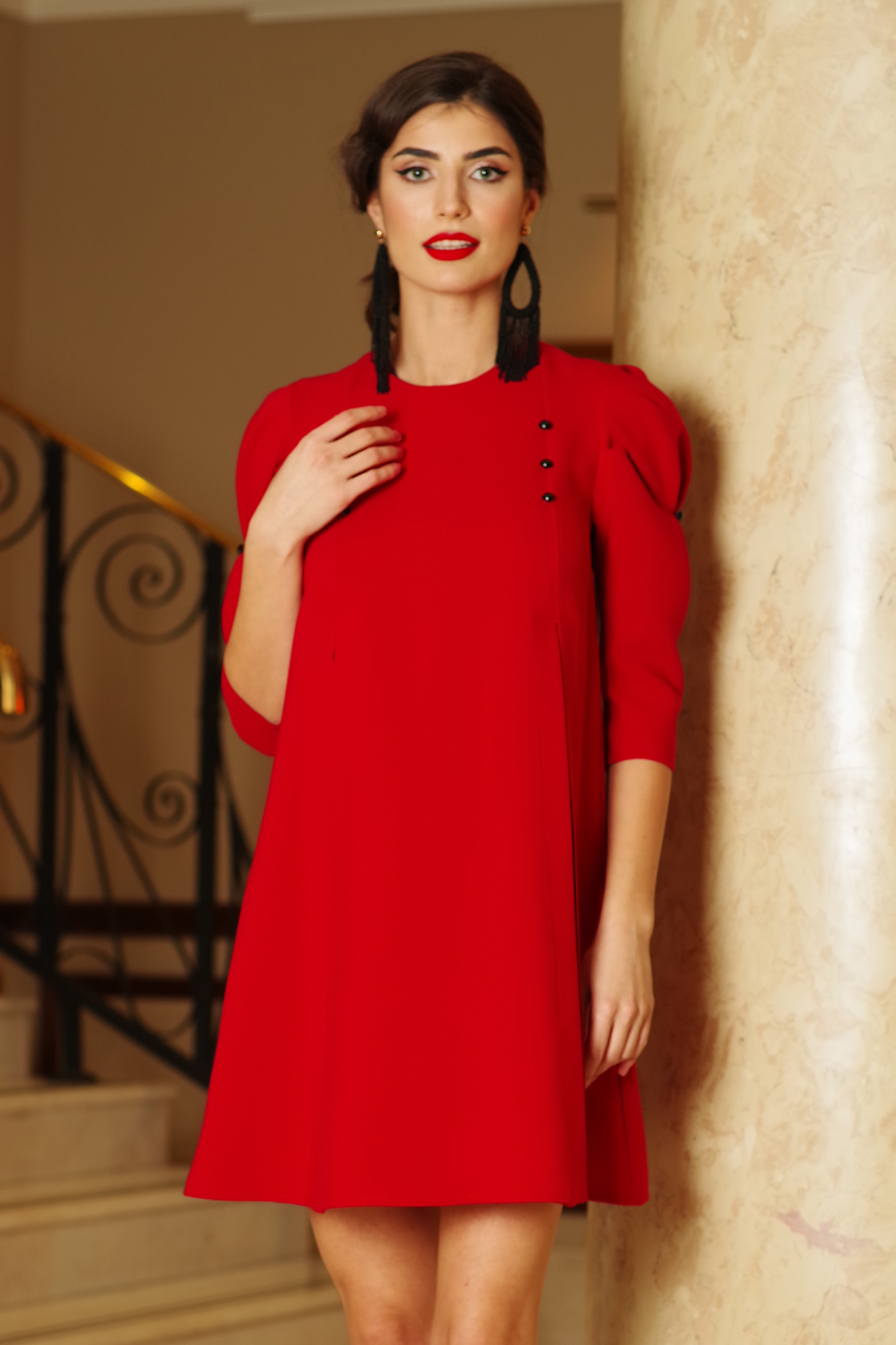 Rochie Artista rosie de zi cu croi larg din stofa usor elastica accesorizata cu nasturi cu maneci trei-sferturi