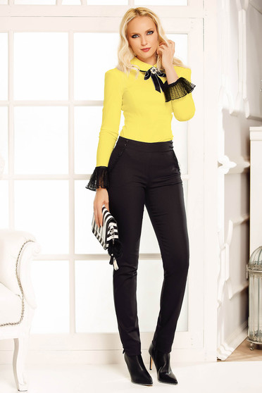 Fofy yellow office body with tented cut slightly elastic cotton accessorized with breastpin