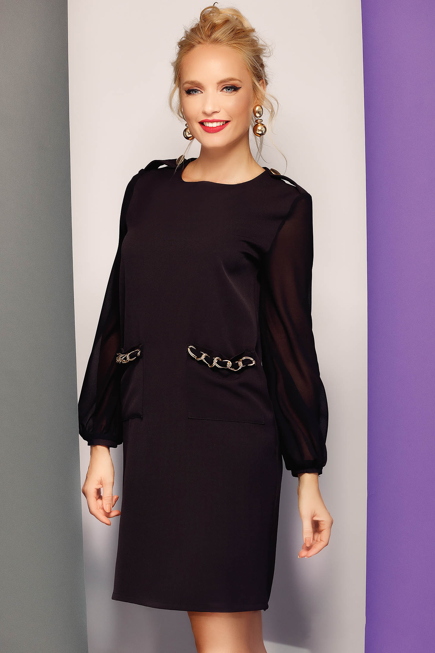 Rochie Fofy neagra eleganta cu croi in A cu maneci din voal accesorizata cu lant metalic