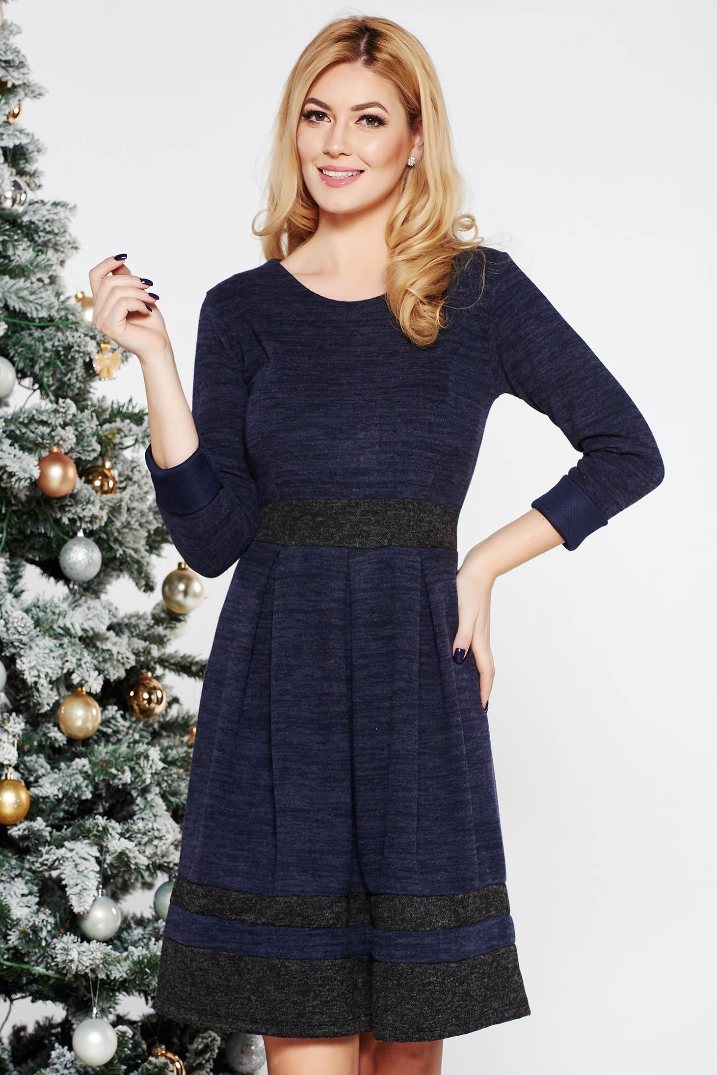 Rochie albastra-inchis de zi in clos din material moale tricotat cu maneci lungi