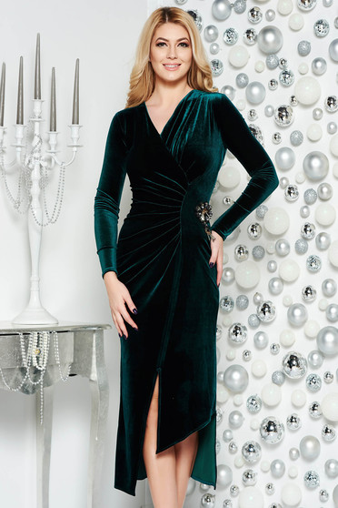 Darkgreen occasional asymmetrical velvet dress with v-neckline accessorized with breastpin
