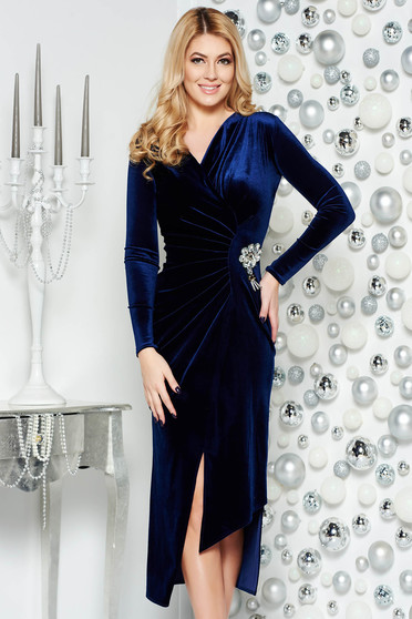 Darkblue occasional asymmetrical velvet dress with v-neckline accessorized with breastpin