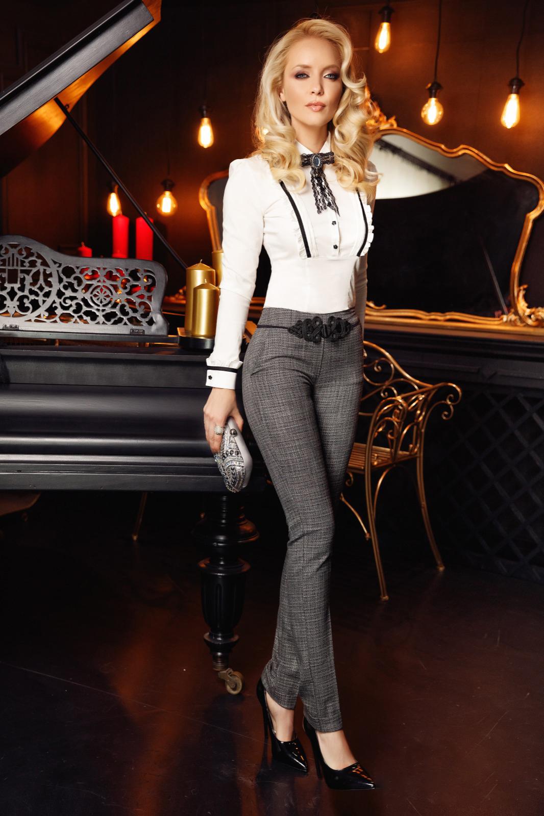 Pantaloni Fofy gri office conici cu talie medie din stofa usor elastica cu insertii de broderie si buzunare