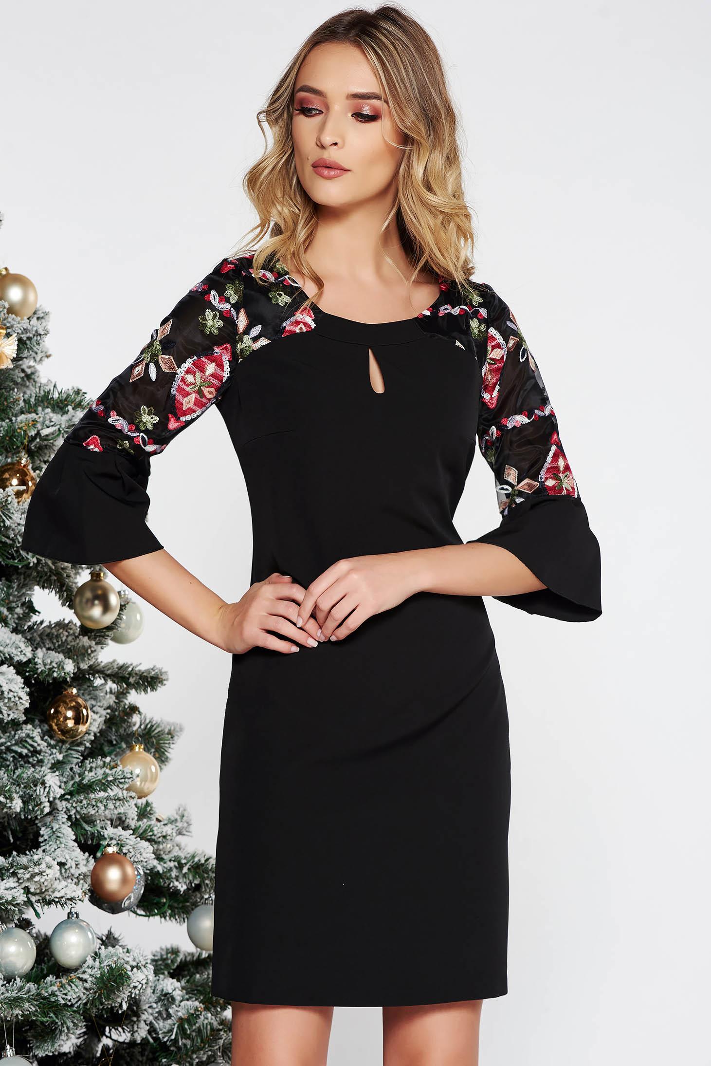 Fekete elegáns hímzett ruha enyhén elasztikus szövet belső béléssel egyenes  szabással f11d8b64c8
