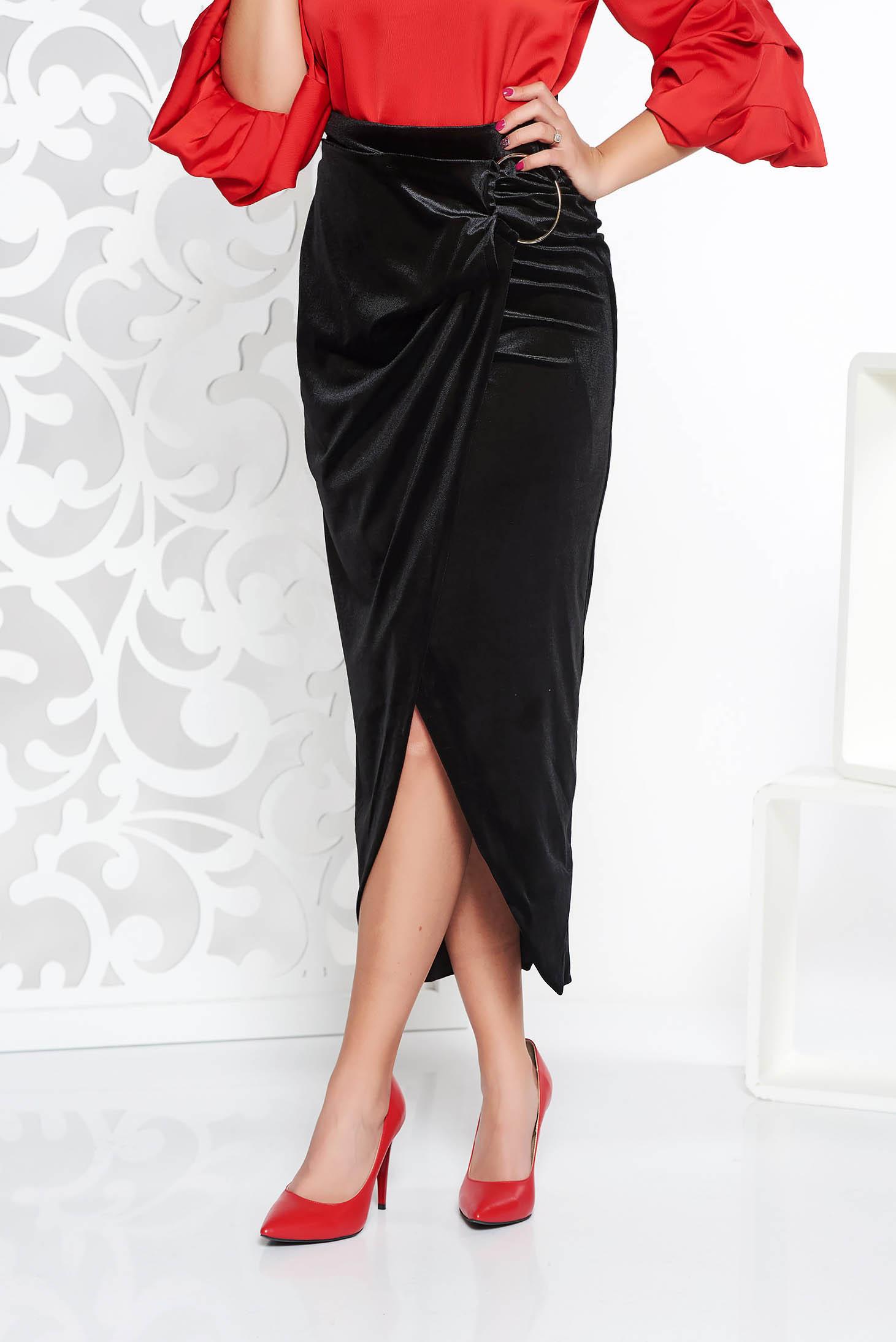 Fusta PrettyGirl neagra eleganta asimetrica cu talie inalta din catifea cu accesoriu metalic