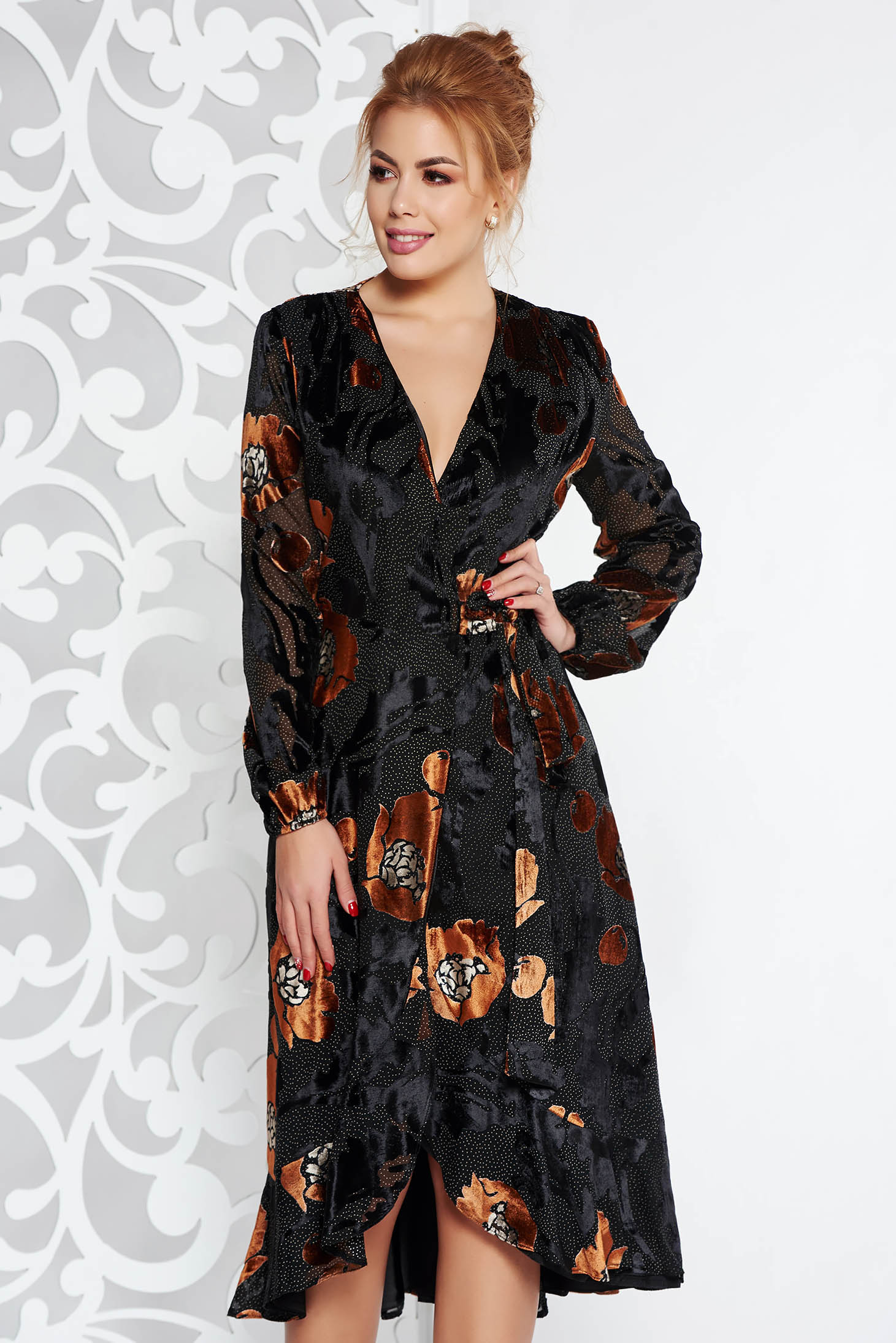Rochie maro eleganta petrecuta din material catifelat captusita pe interior cu volanase la baza rochiei
