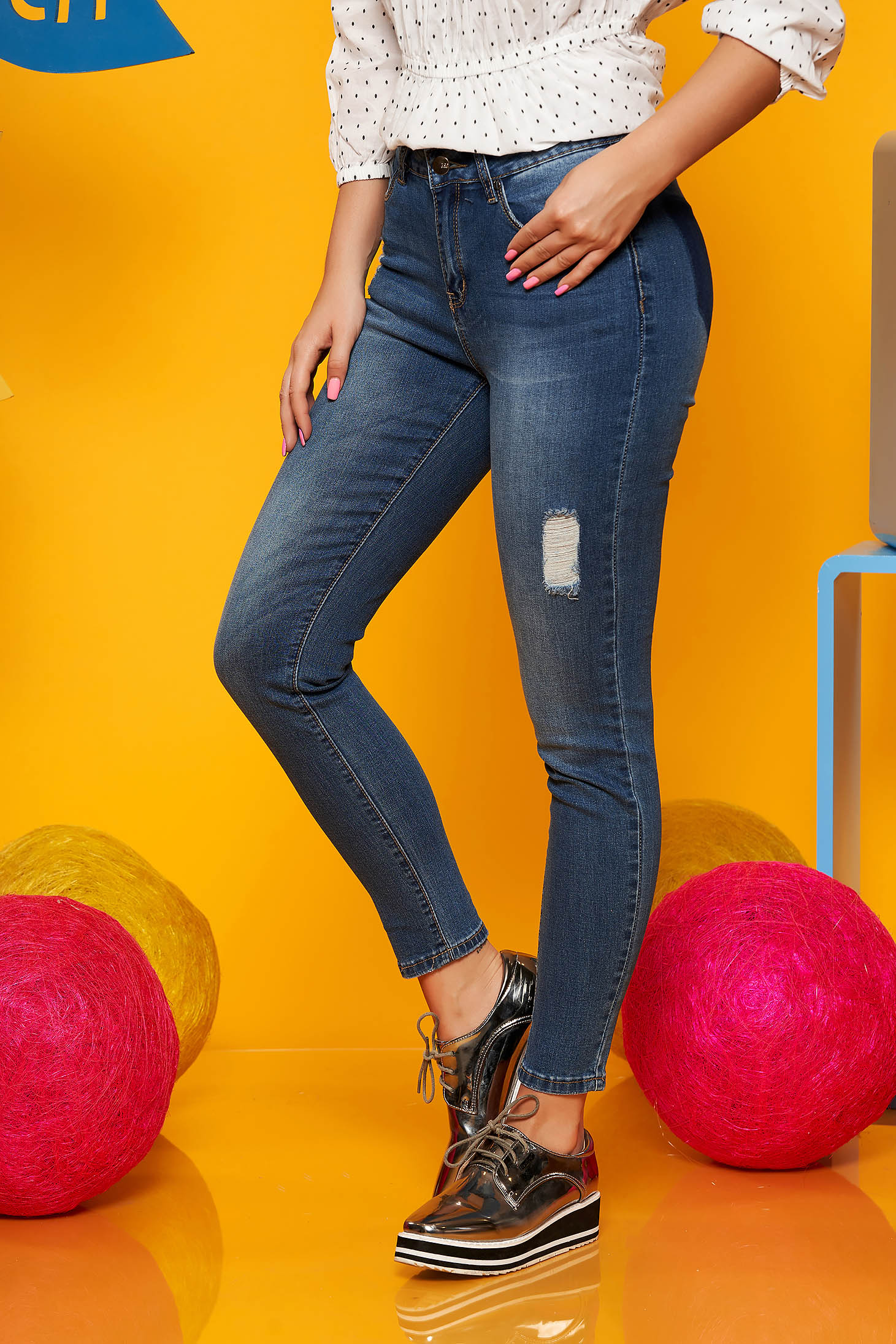 Pantaloni Top Secret albastri casual din denim cu talie medie si mici rupturi de material