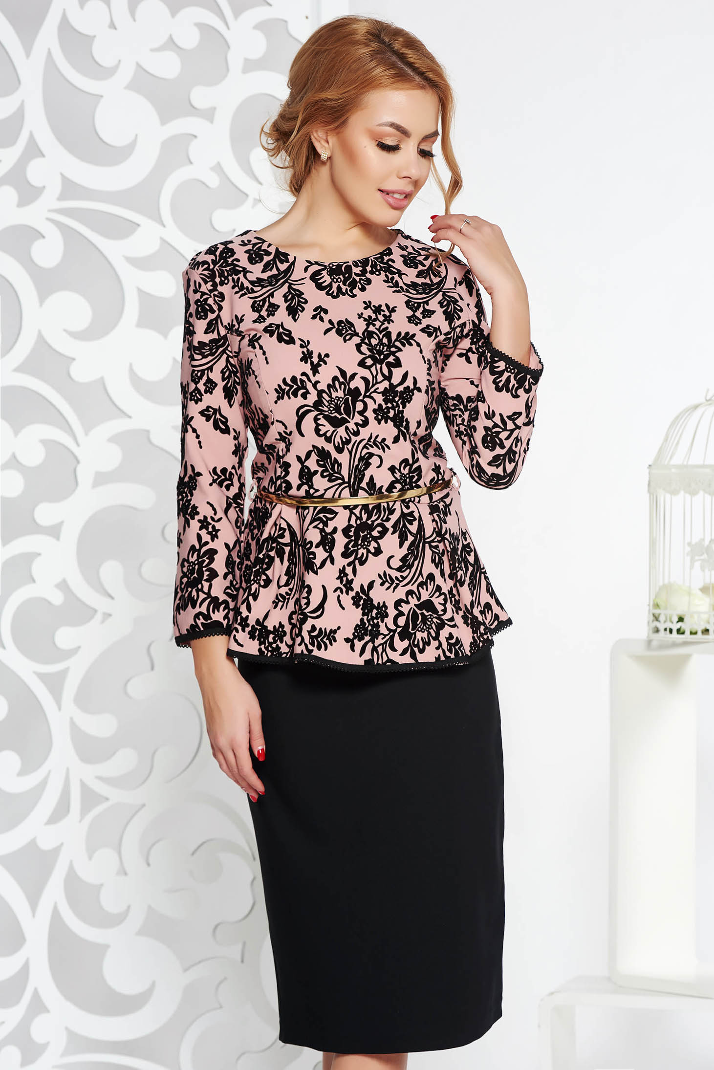 Compleu roz deschis de ocazie din bumbac usor elastic cu fusta conica si bluza cu accesoriu tip curea