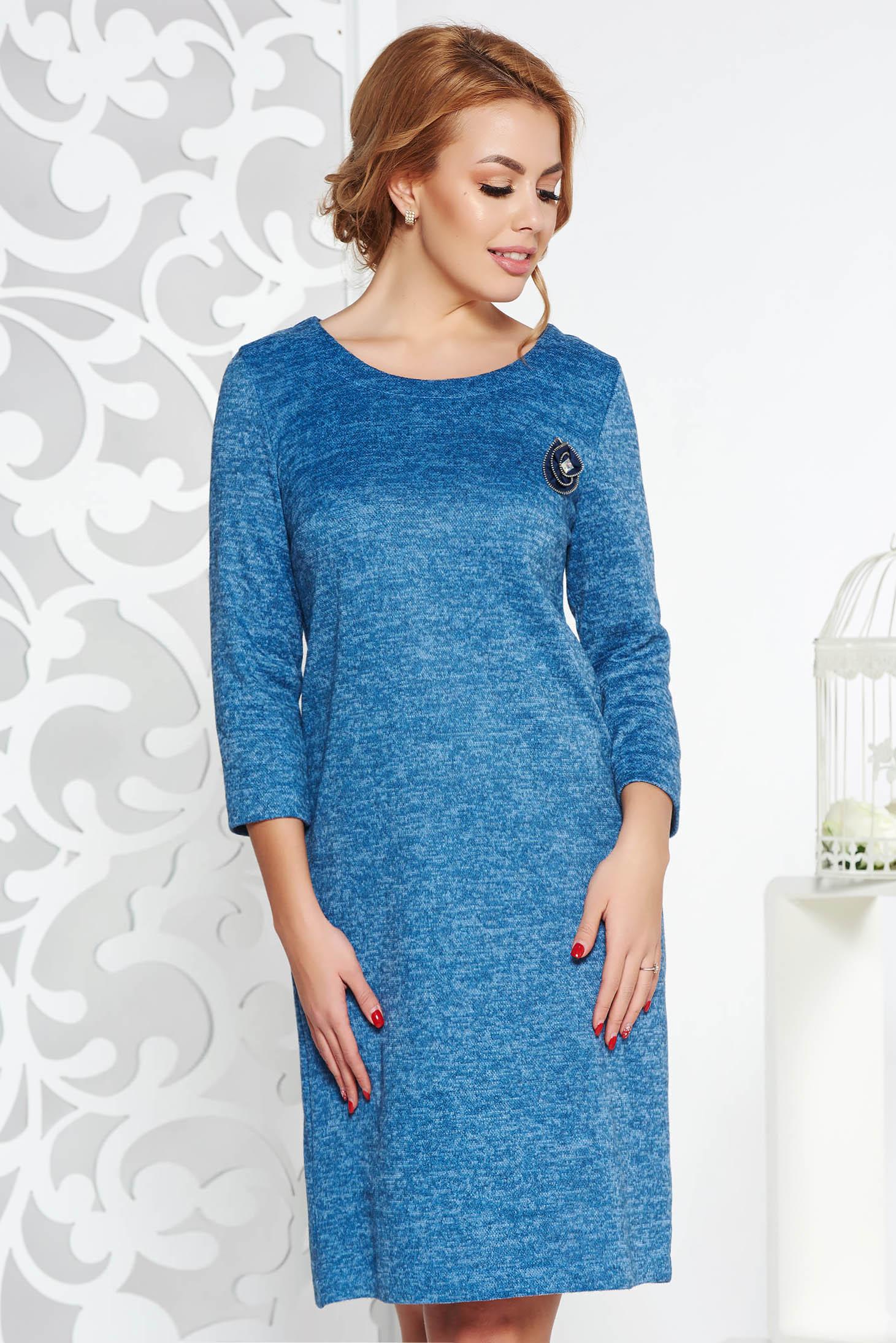 532c426d68 Kék StarShinerS bő szabású ruha kötött anyag bross kiegészítővel tartozékkal