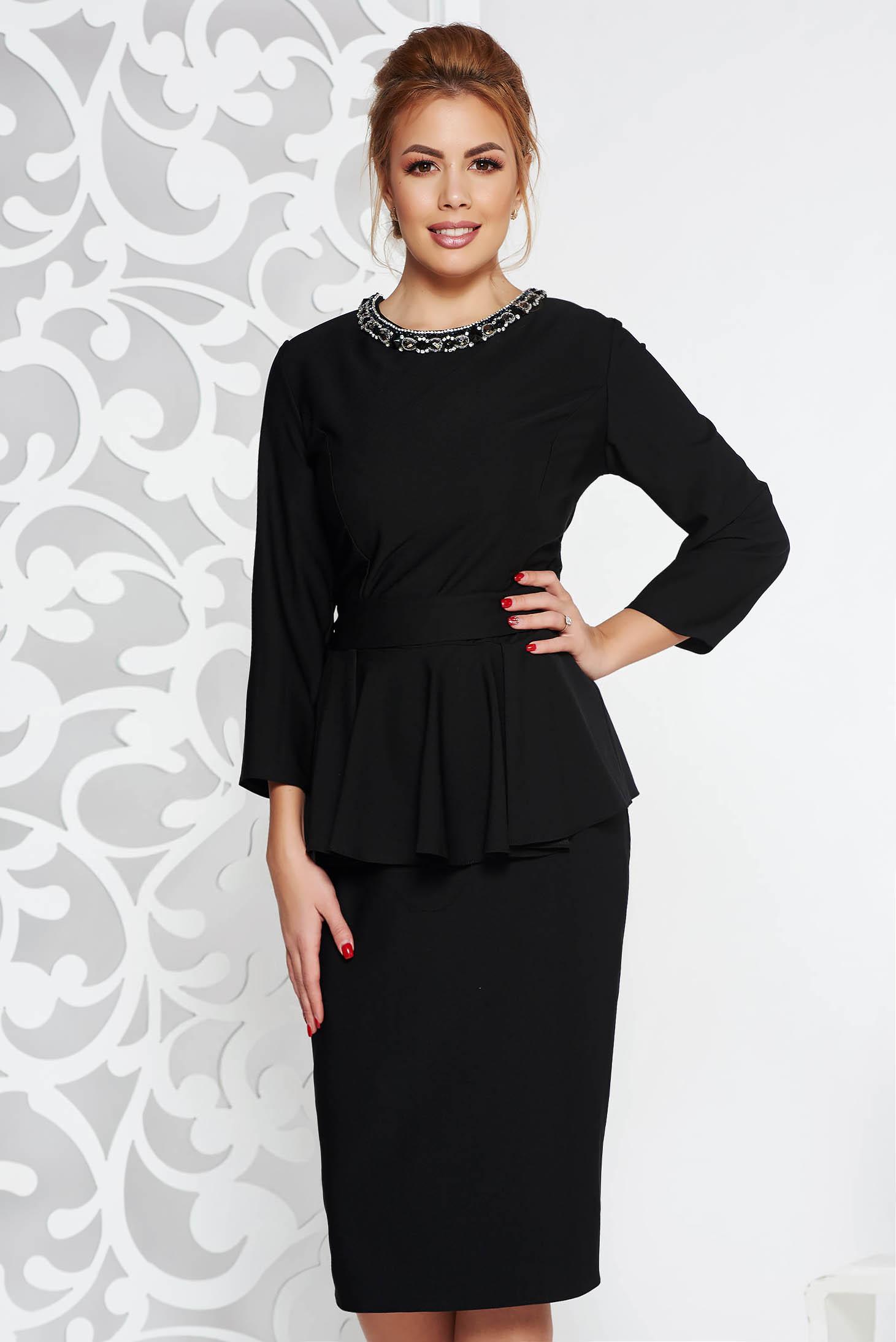 Rochie neagra eleganta midi din stofa usor elastica cu peplum cu aplicatii cu pietre strass accesorizata cu cordon