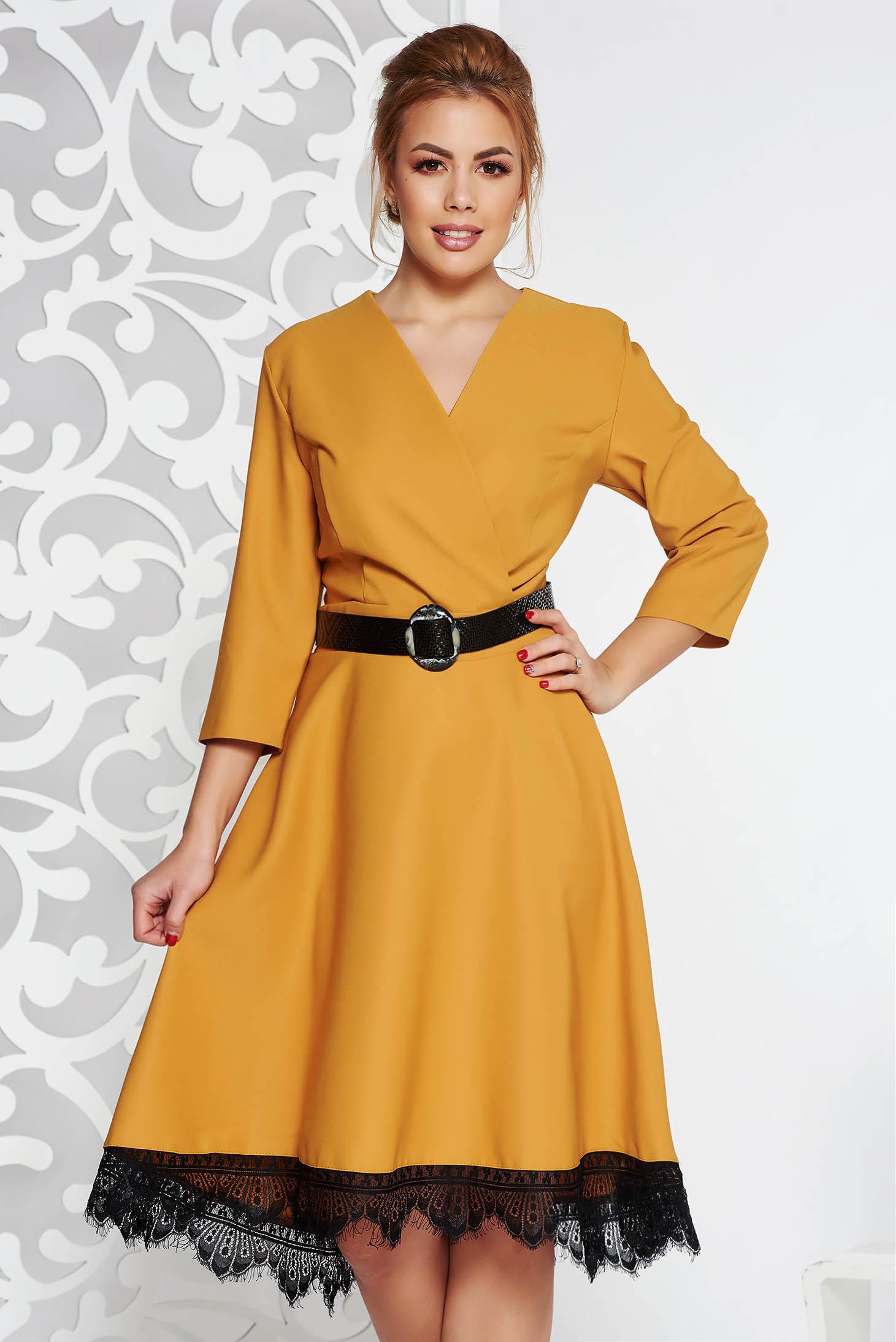Rochie mustarie eleganta din stofa neelastica in clos cu aplicatii de dantela cu accesoriu tip curea