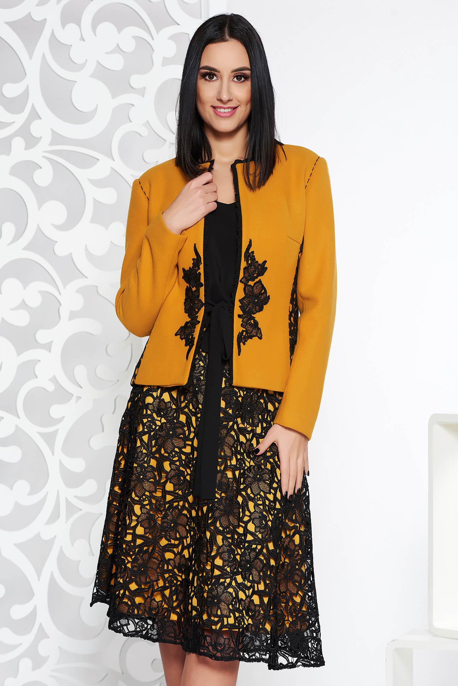 Mustar LaDonna elegáns két részes női kosztüm hímzett betétekkel hosszú ujjakkal