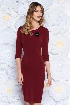 StarShinerS burgundy dress elegant midi pencil slightly elastic fabric accessorized with breastpin