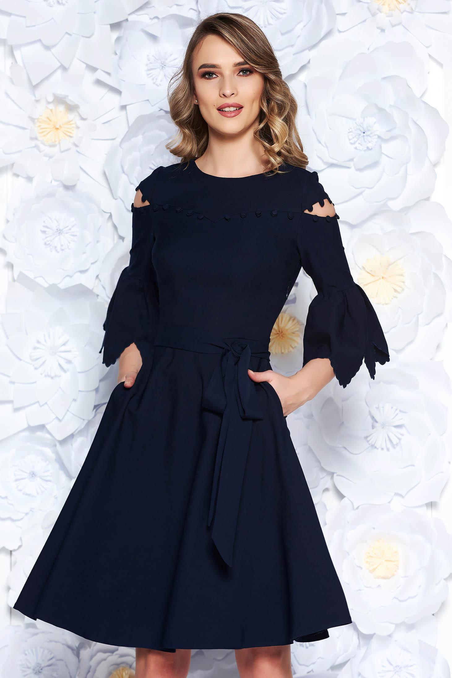 Rochie albastra-inchis eleganta in clos din stofa usor elastica cu ciucuri cu maneci clopot