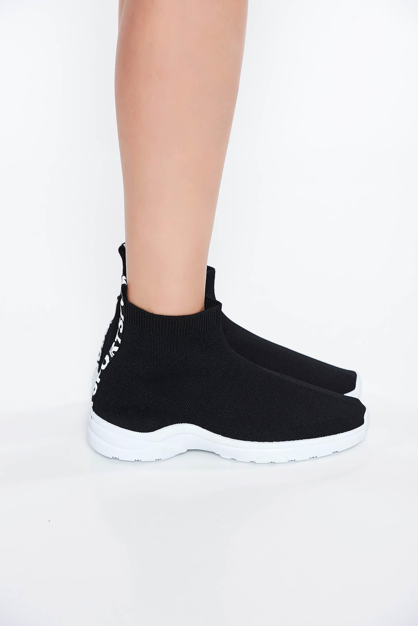Black casual low heel sneakers slightly round toe tip