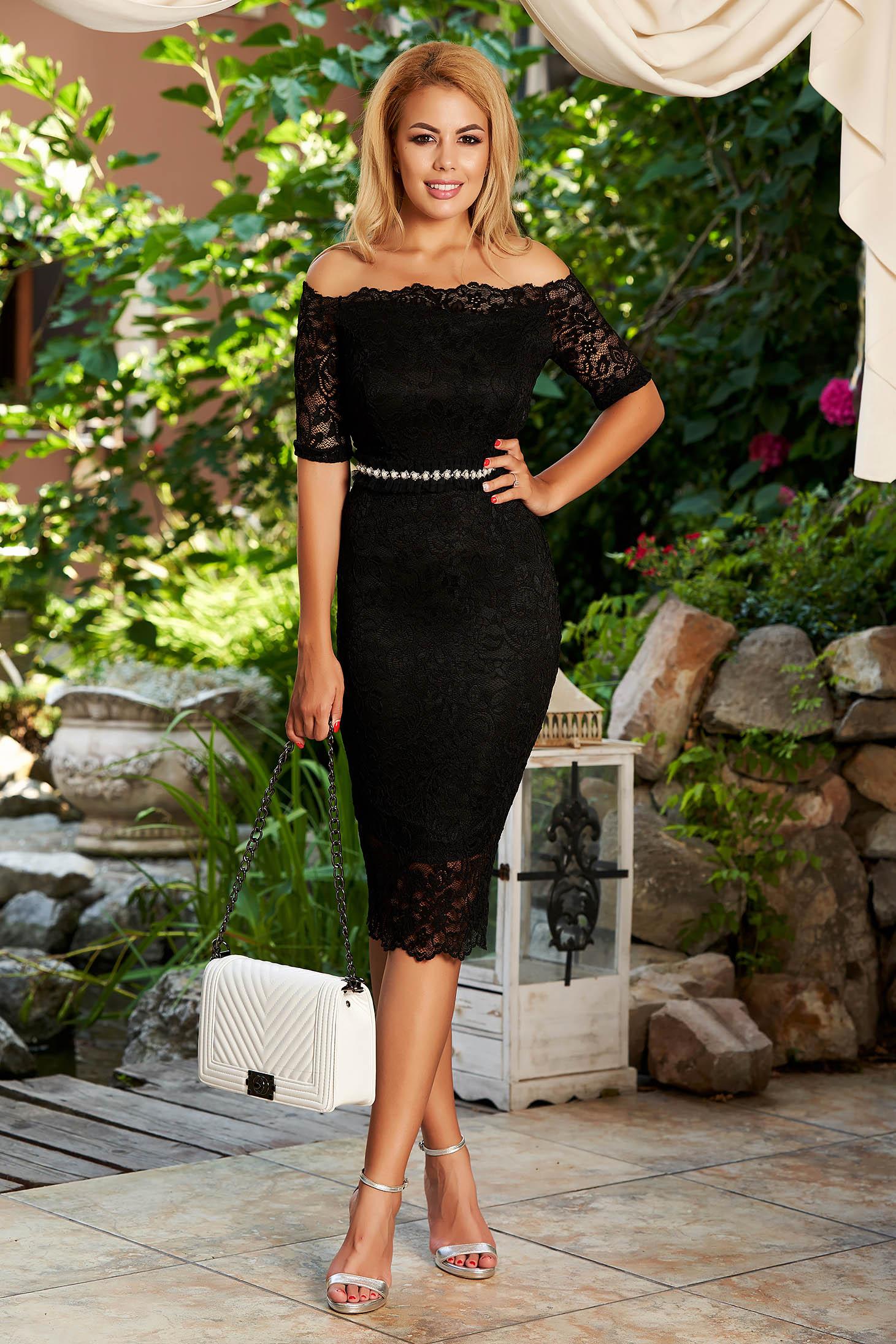 Fekete StarShinerS alkalmi midi szűk szabás ruha csipkéből béléssel övvel ellátva