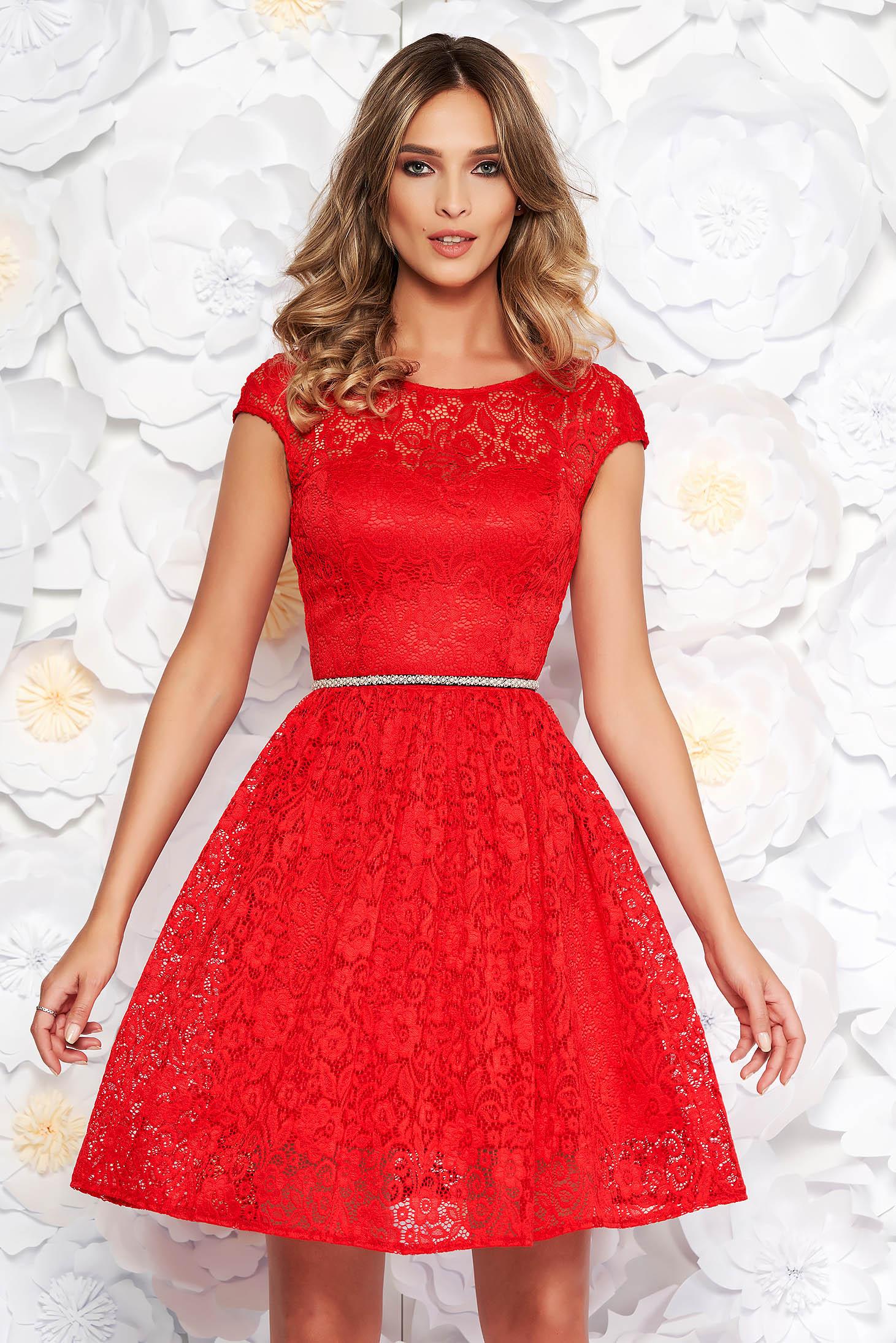 Piros StarShinerS elegáns harang ruha csipkés anyag belső béléssel övvel ellátva