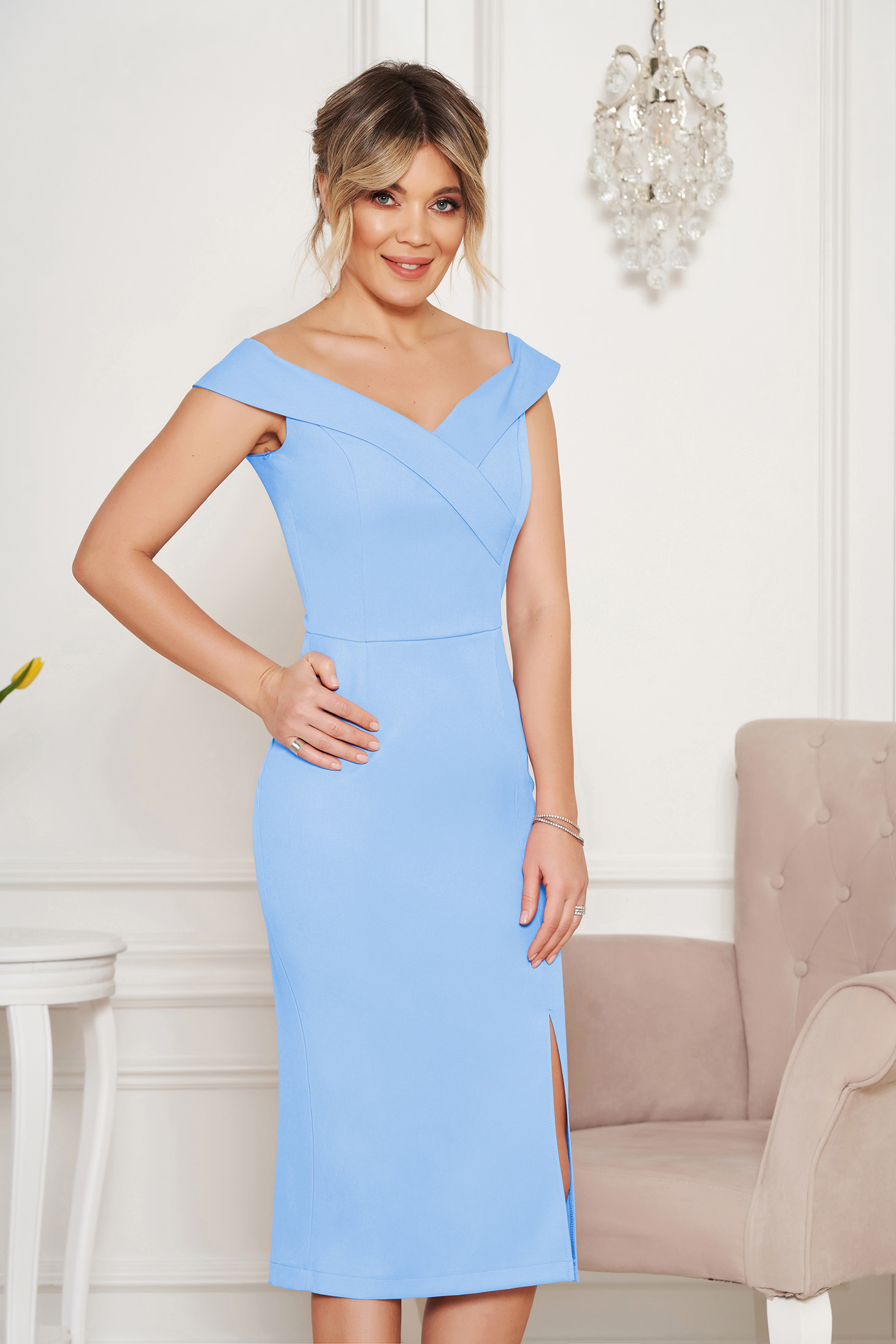 StarShinerS blue occasional dress with tented cut with v-neckline on the shoulders