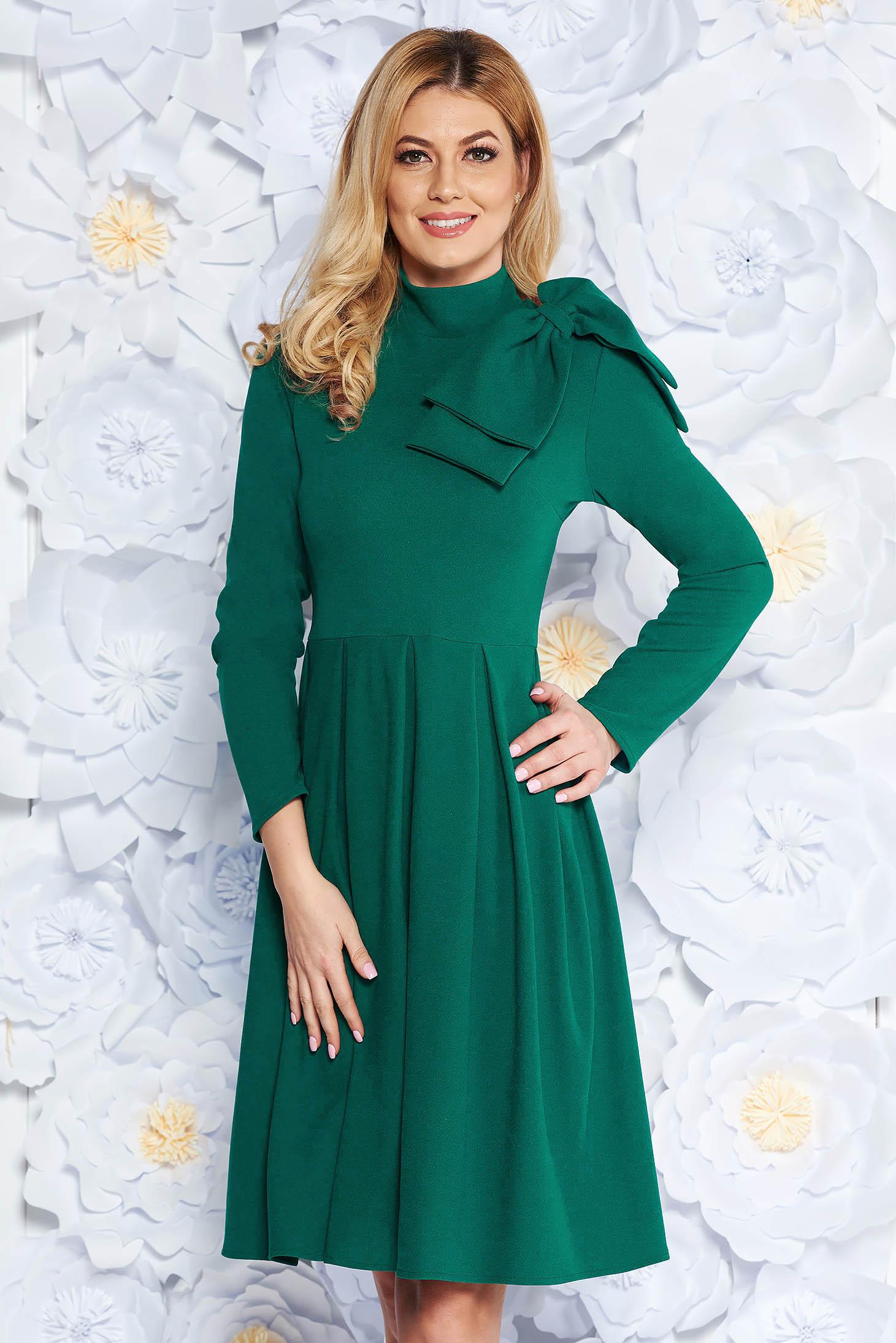 Rochie verde eleganta in clos din material usor elastic accesorizata cu o fundita